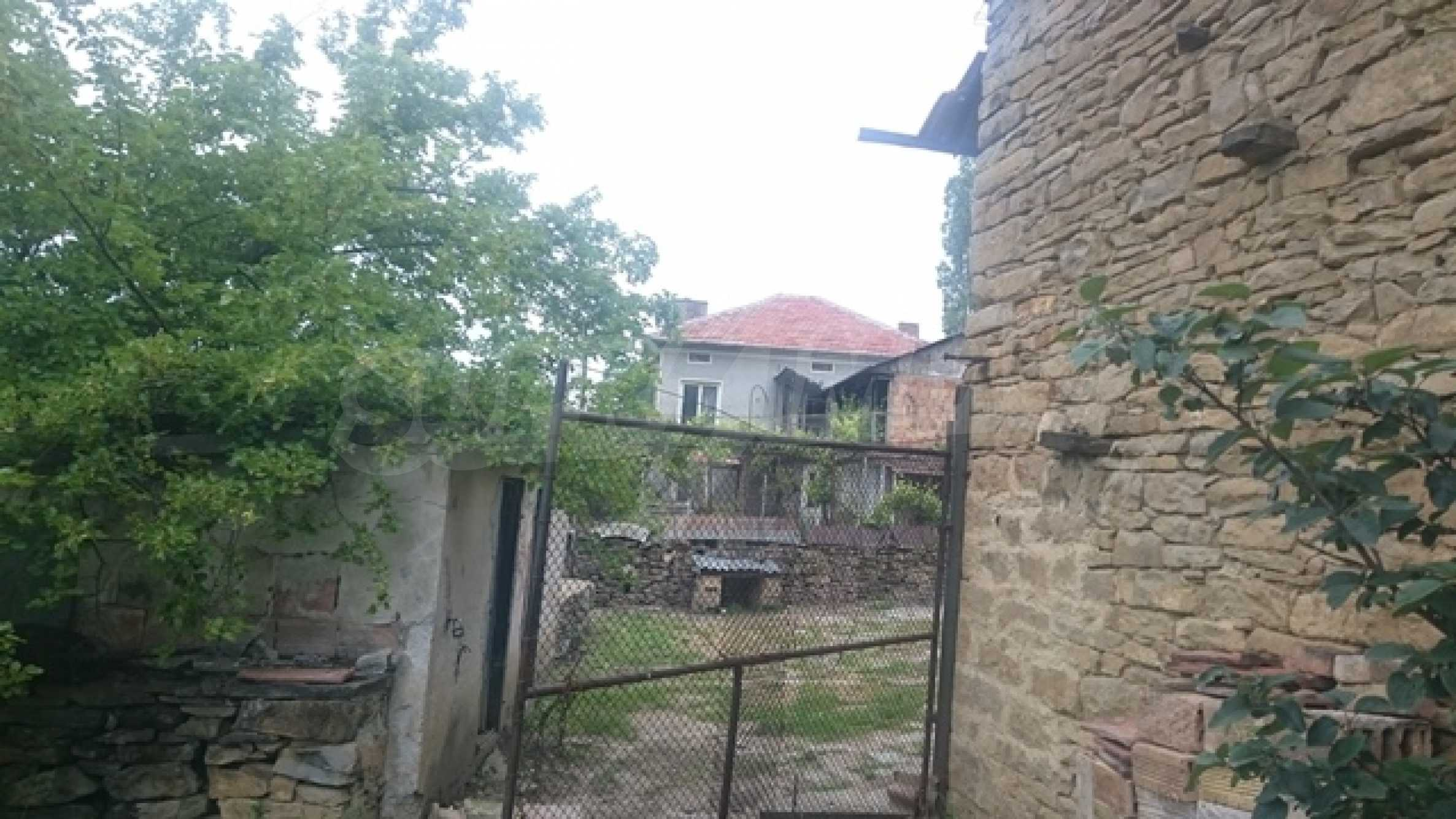 Zweistöckiges Steinhaus am Fuße des Balkangebirges 22