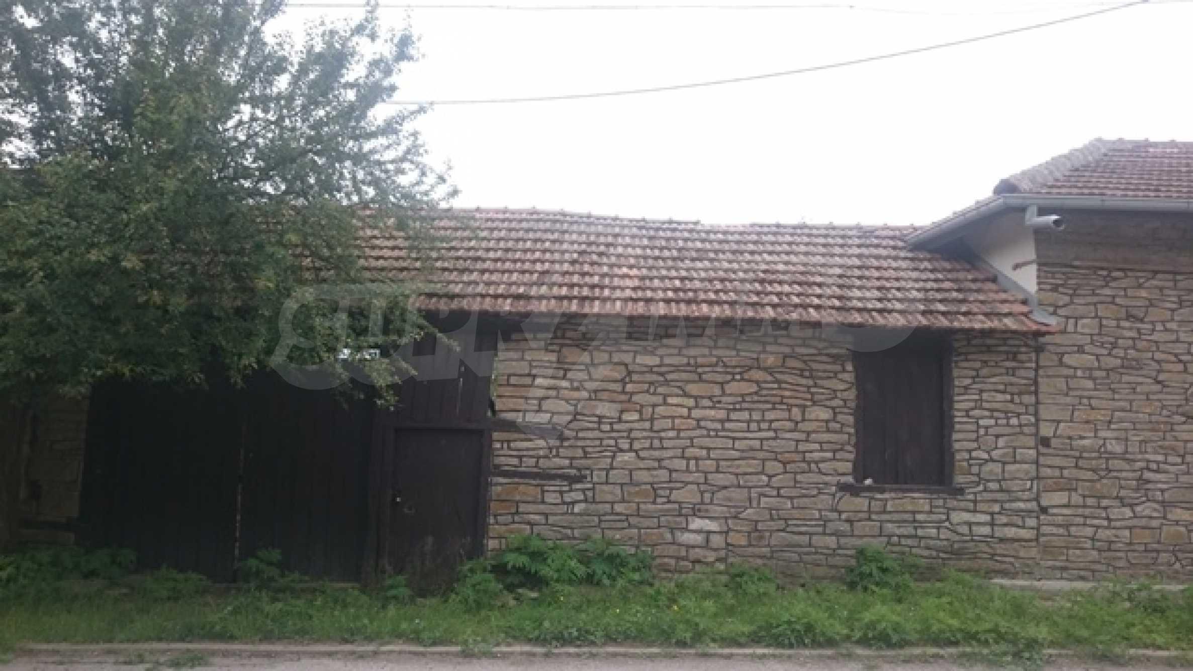 Zweistöckiges Steinhaus am Fuße des Balkangebirges 3