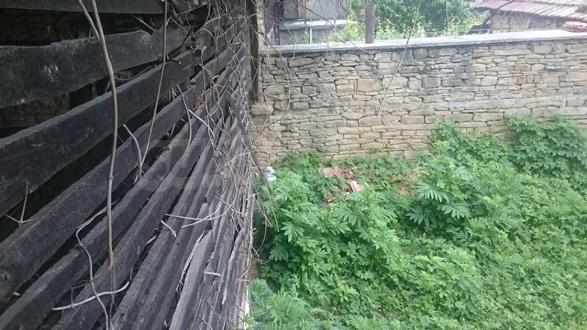 Zweistöckiges Steinhaus am Fuße des Balkangebirges 48