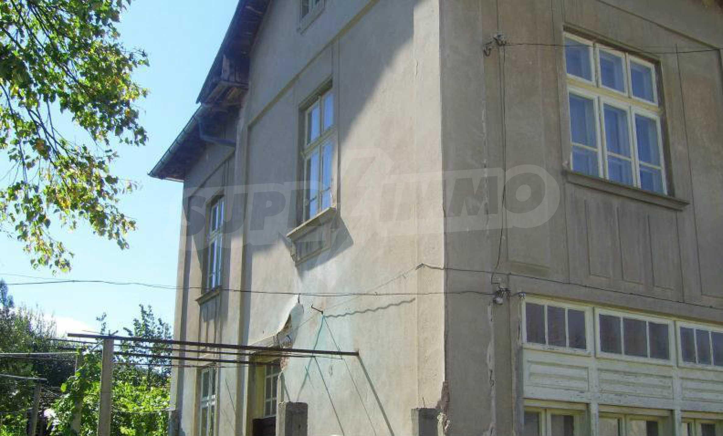 Zweistöckiges Backsteinhaus in der Stadt, 35 km von Lovech entfernt, in der Nähe eines Damms 1