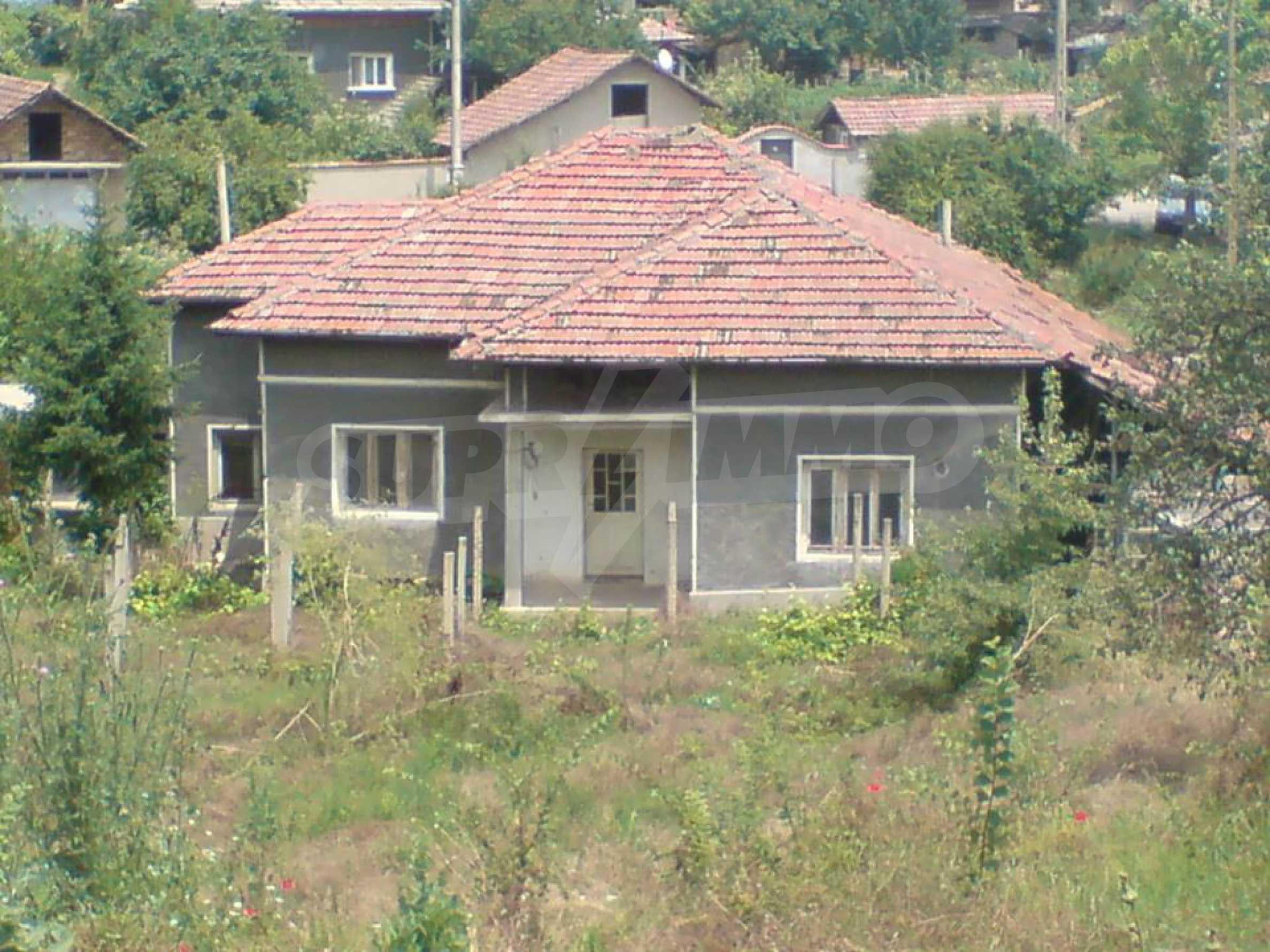 Massives einstöckiges Haus in einem Dorf 15 km. von Byala