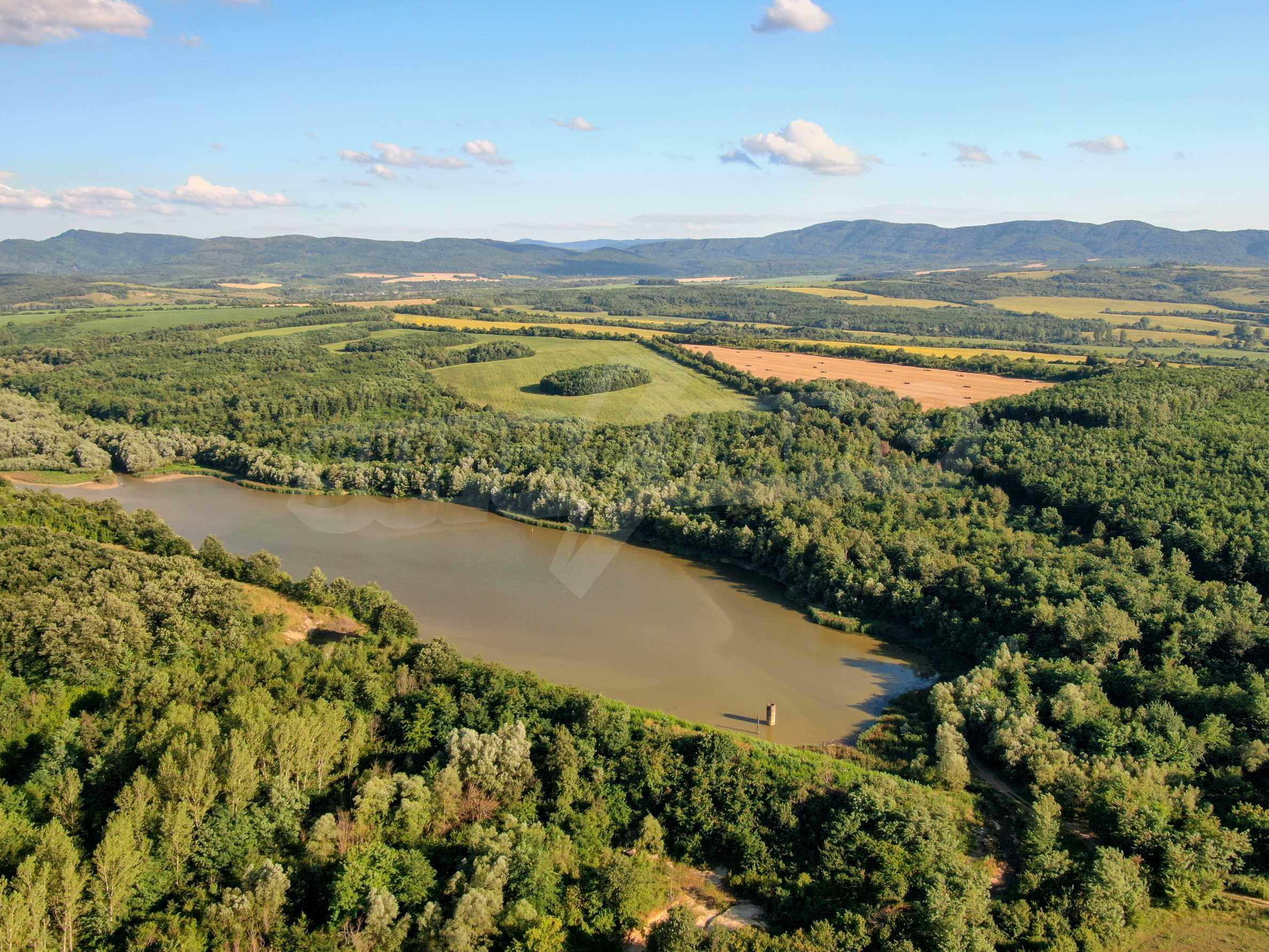 Язовир с прилежаща земя на 7 км от Велико Търново 2
