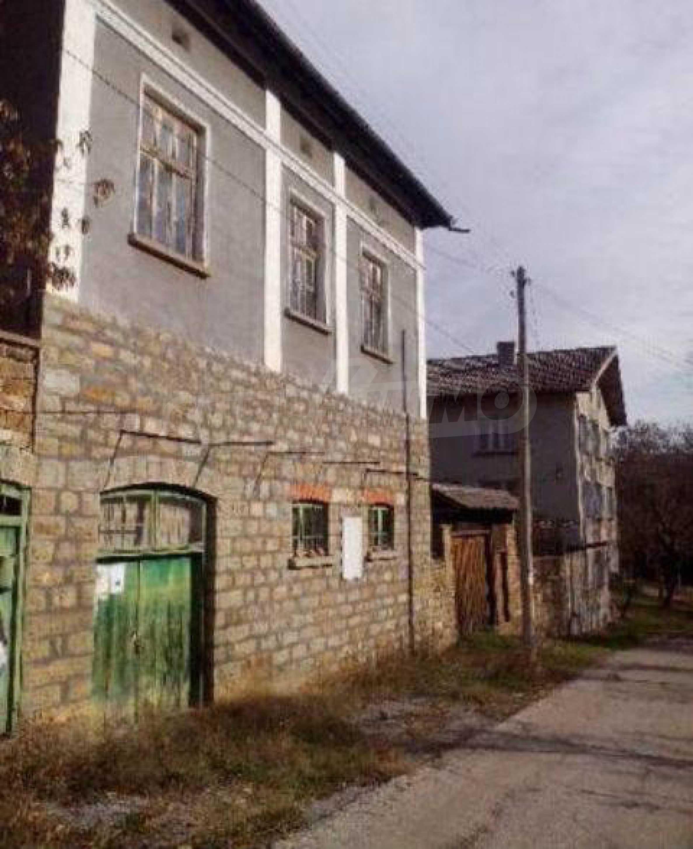 Mehrere Eigenschaften in einem gemeinsamen Hof, in einem Dorf 9 km von der Stadt Troyan entfernt