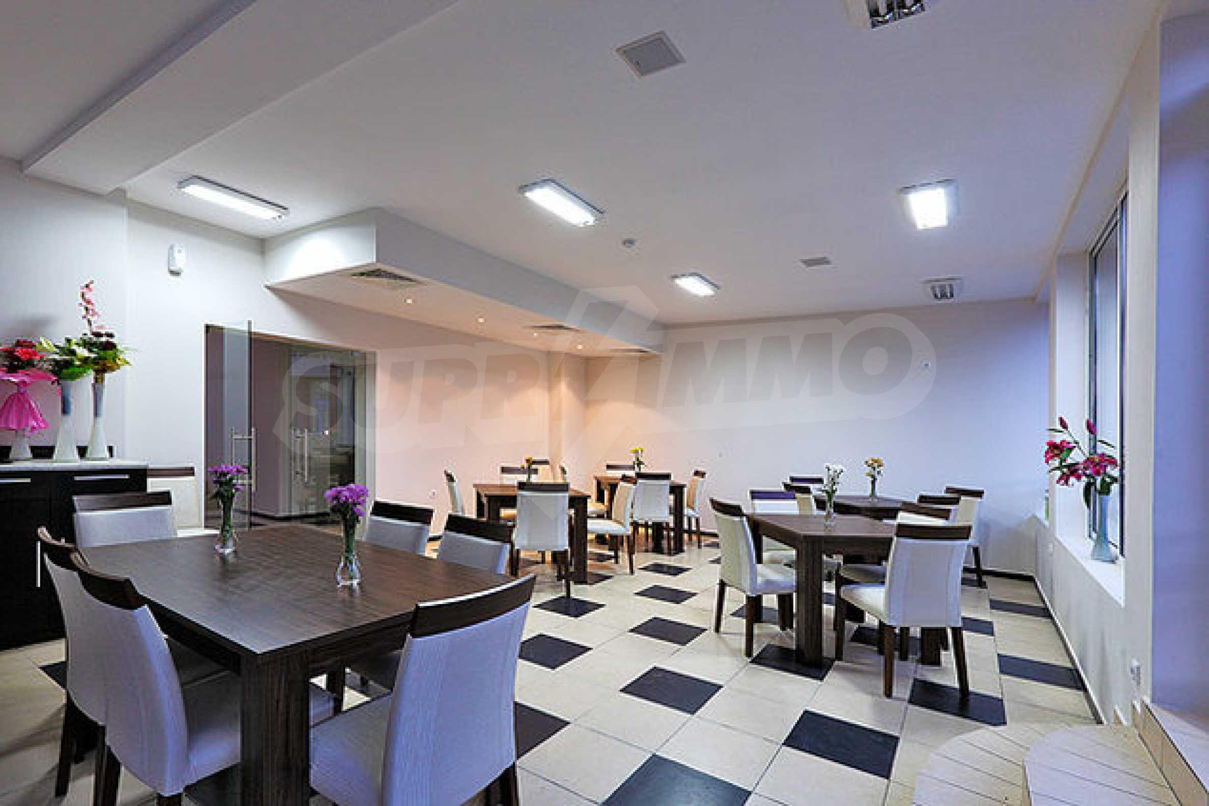 Einrichtung mit Restaurant, Bar und Pool-Bar im Meer-Kurort Lozenets 1