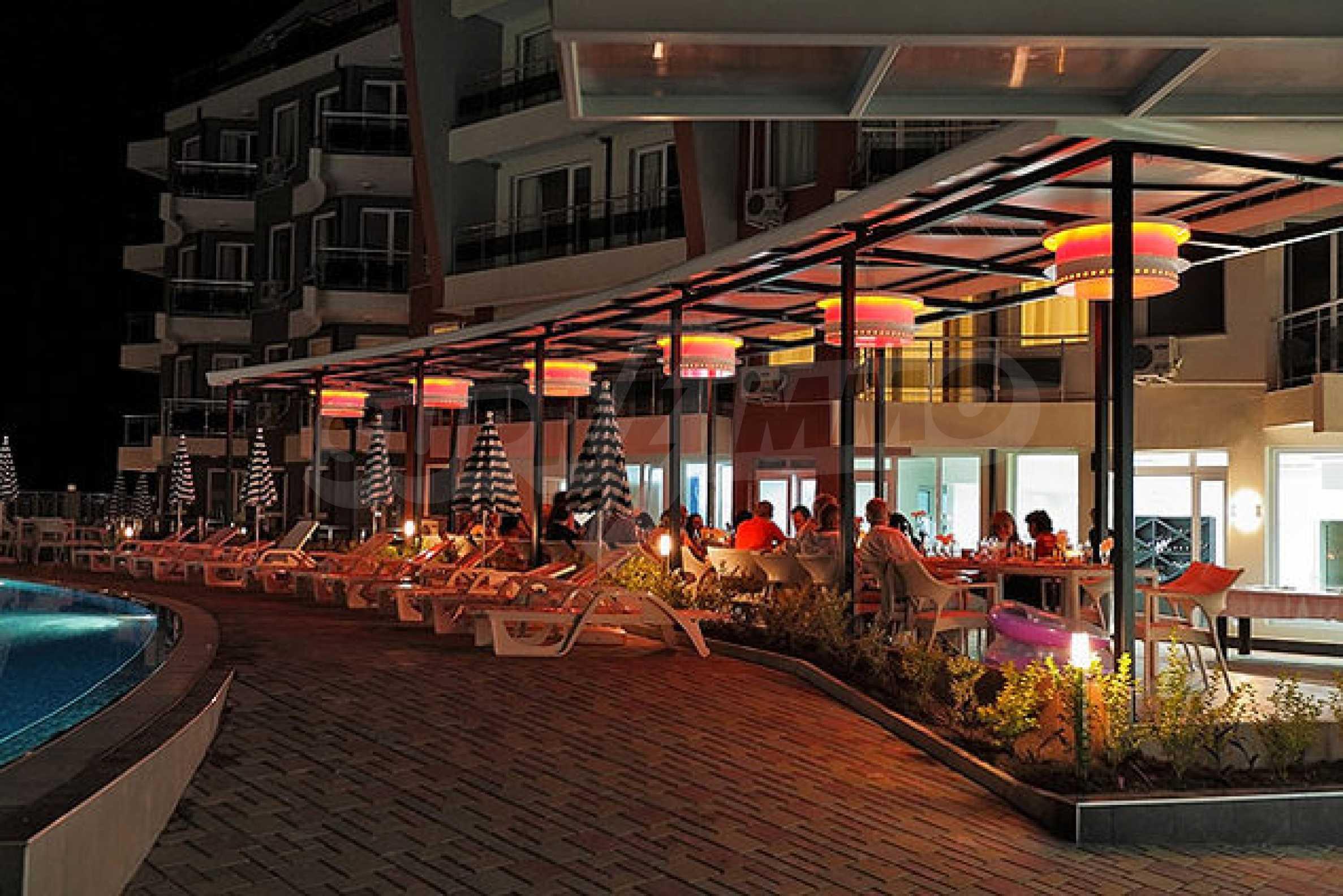 Einrichtung mit Restaurant, Bar und Pool-Bar im Meer-Kurort Lozenets 11