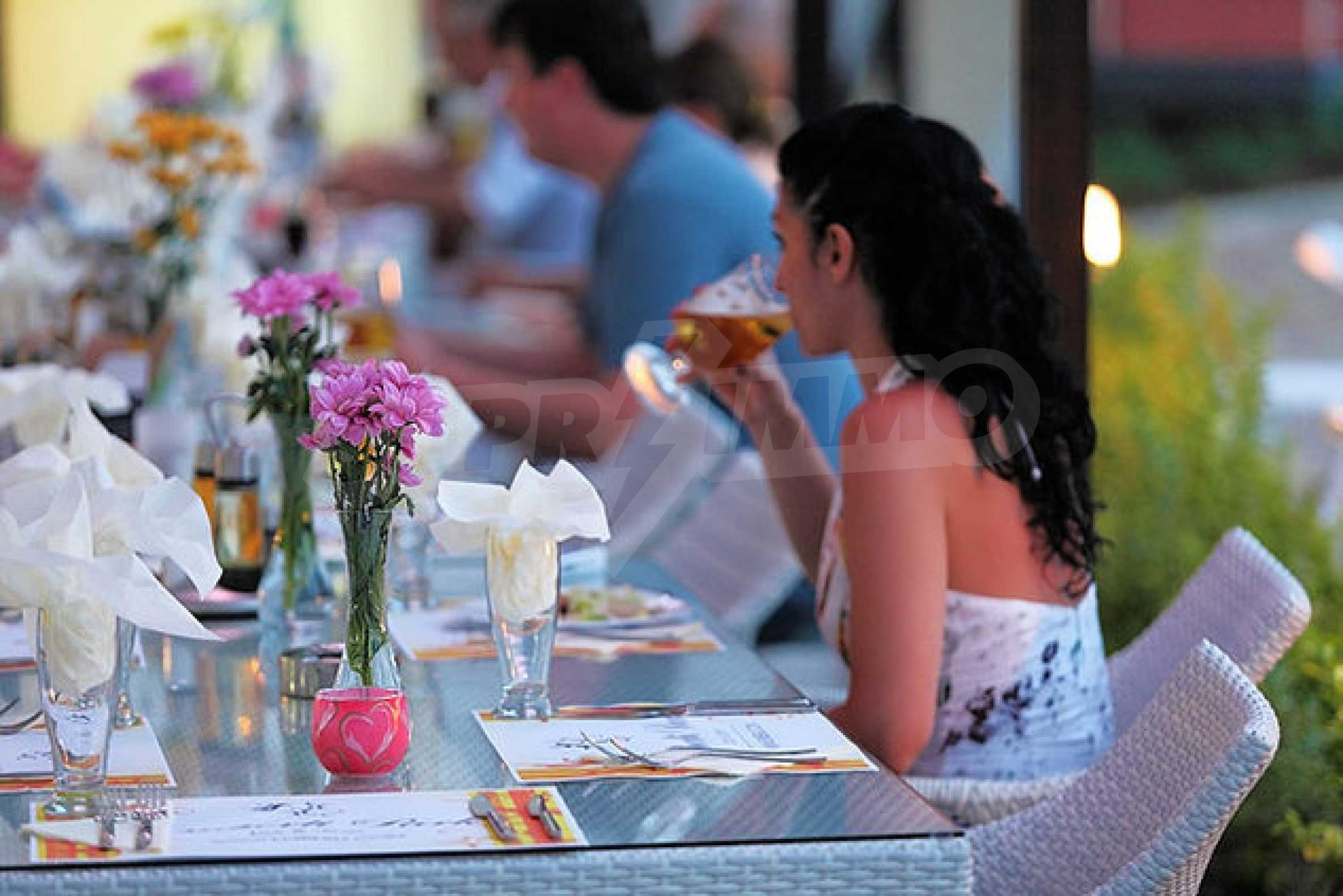 Einrichtung mit Restaurant, Bar und Pool-Bar im Meer-Kurort Lozenets 5