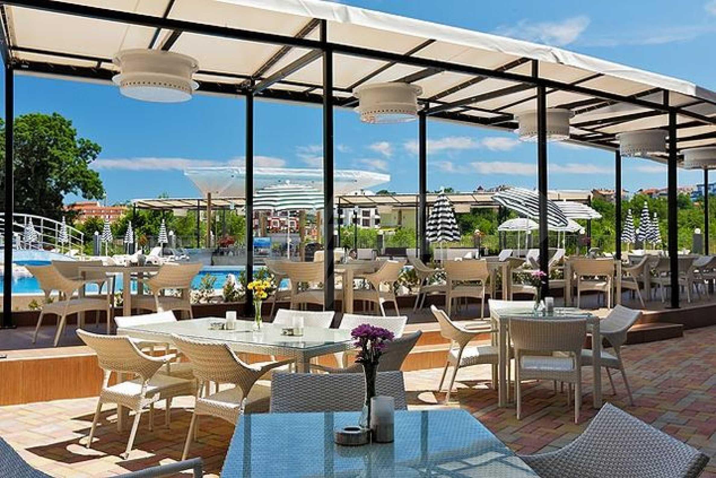 Einrichtung mit Restaurant, Bar und Pool-Bar im Meer-Kurort Lozenets