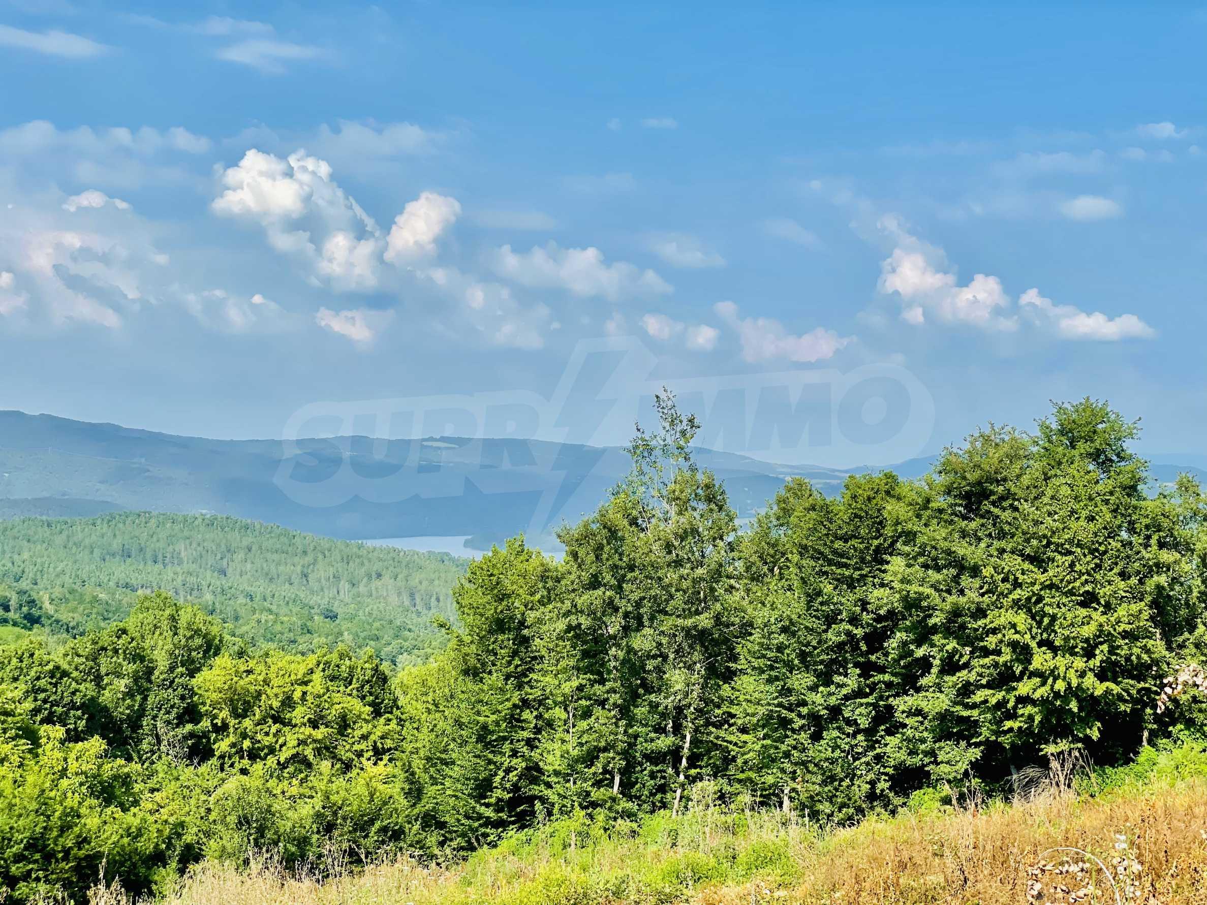 Земя с красива панорамна гледка към Балкана и язовир  Йовковци