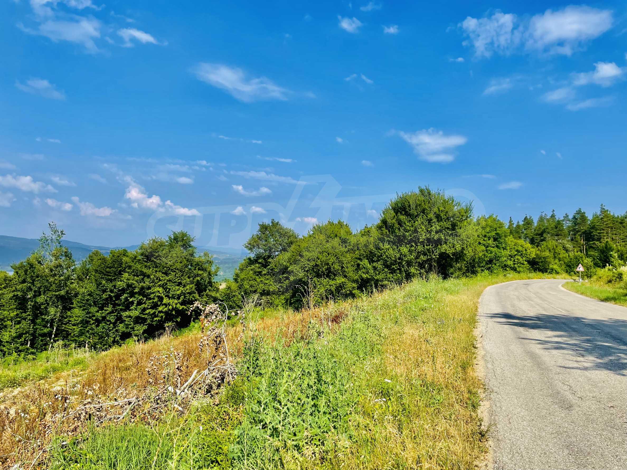 Земя с красива панорамна гледка към Балкана и язовир  Йовковци  2