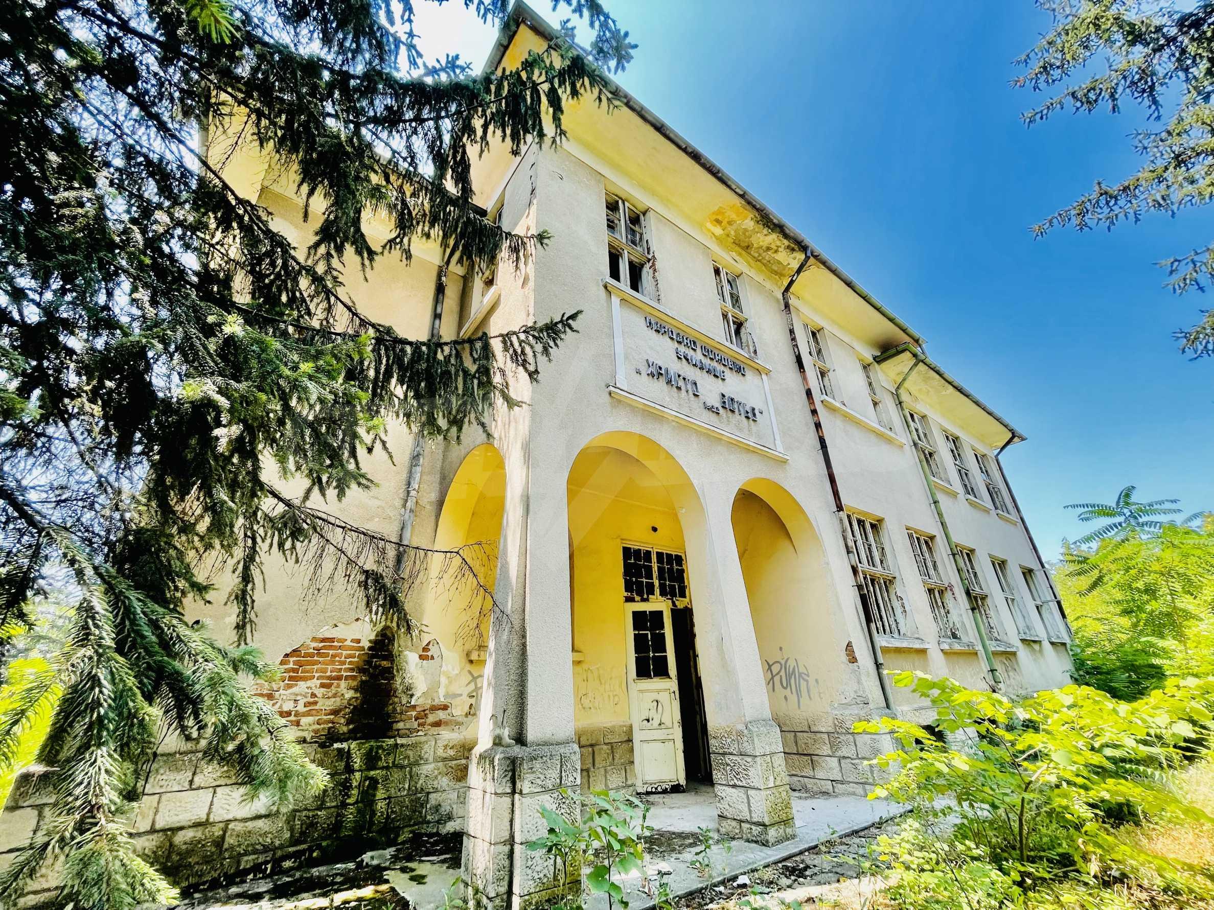 Zwei massive Gebäude auf einem großen Grundstück 35 km von der Stadt Russe und der Donau entfernt 1