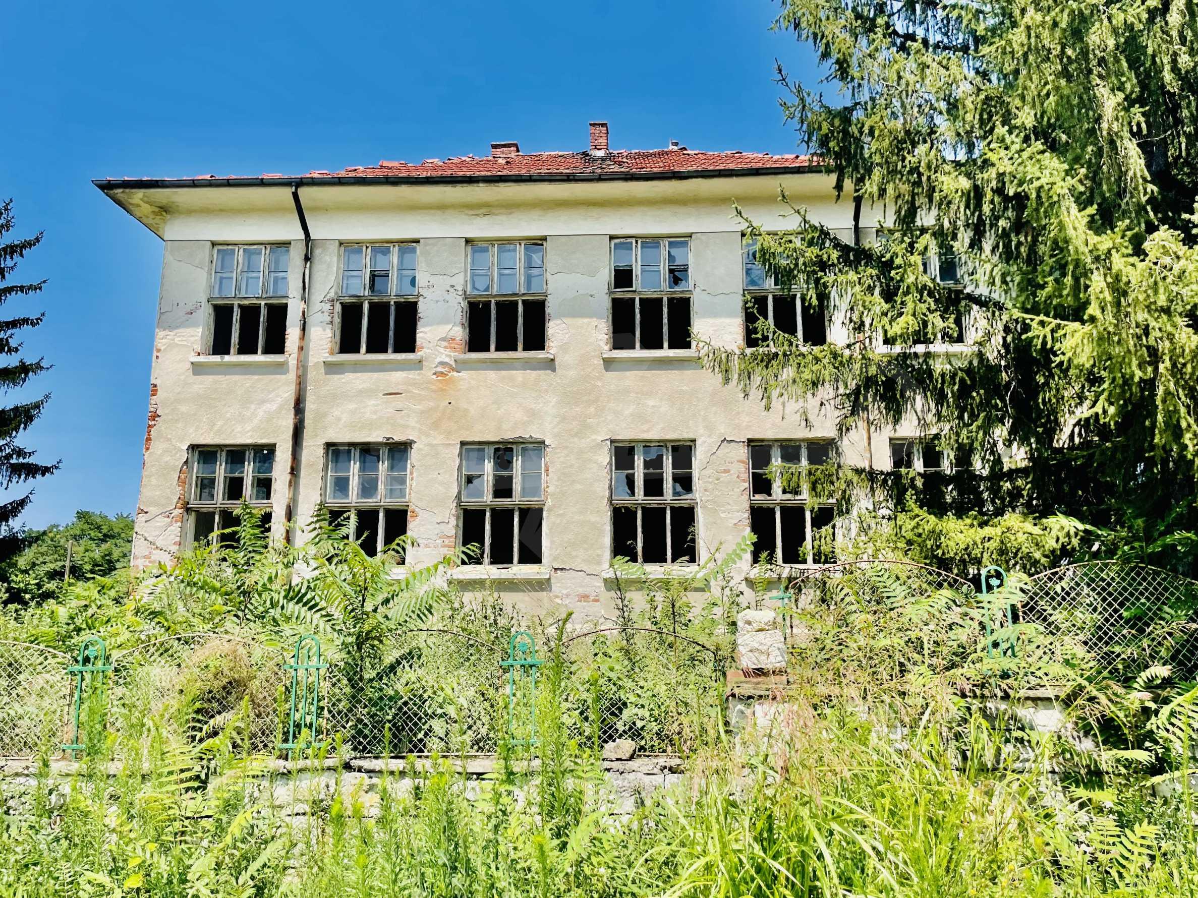 Zwei massive Gebäude auf einem großen Grundstück 35 km von der Stadt Russe und der Donau entfernt 2