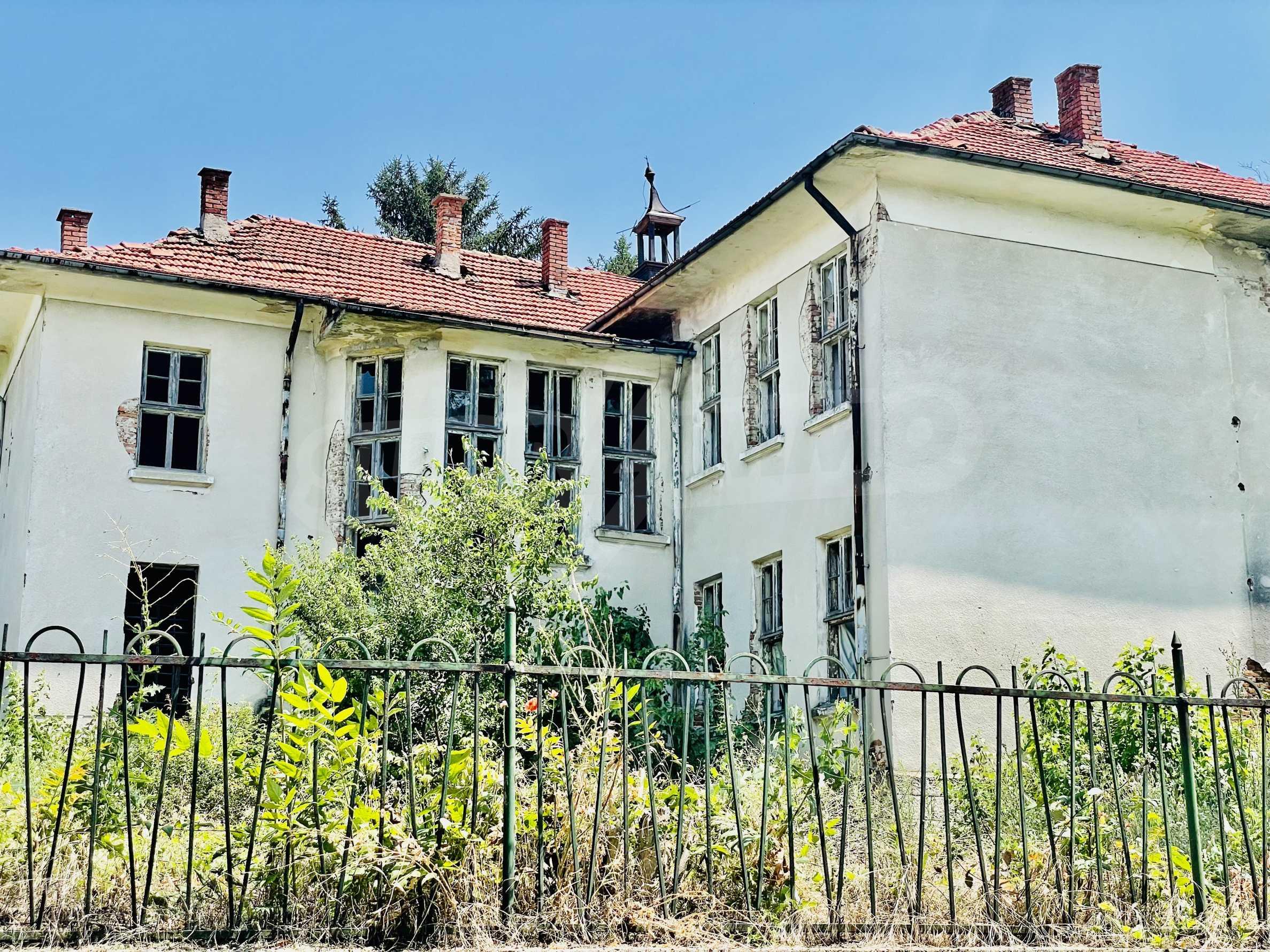 Zwei massive Gebäude auf einem großen Grundstück 35 km von der Stadt Russe und der Donau entfernt 35