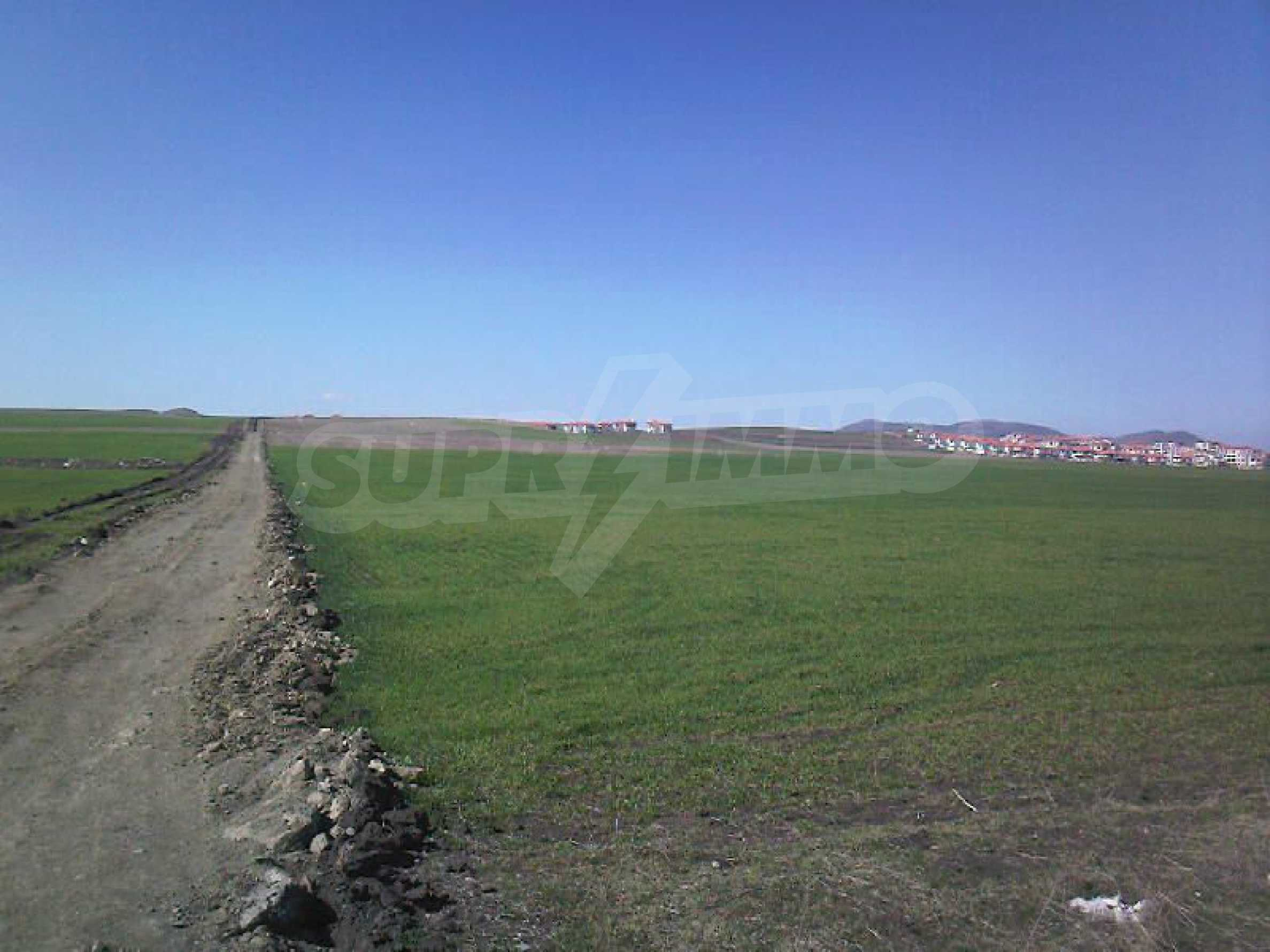 Ein geräumiges Grundstück, 8 km vom Sonnenstrand entfernt