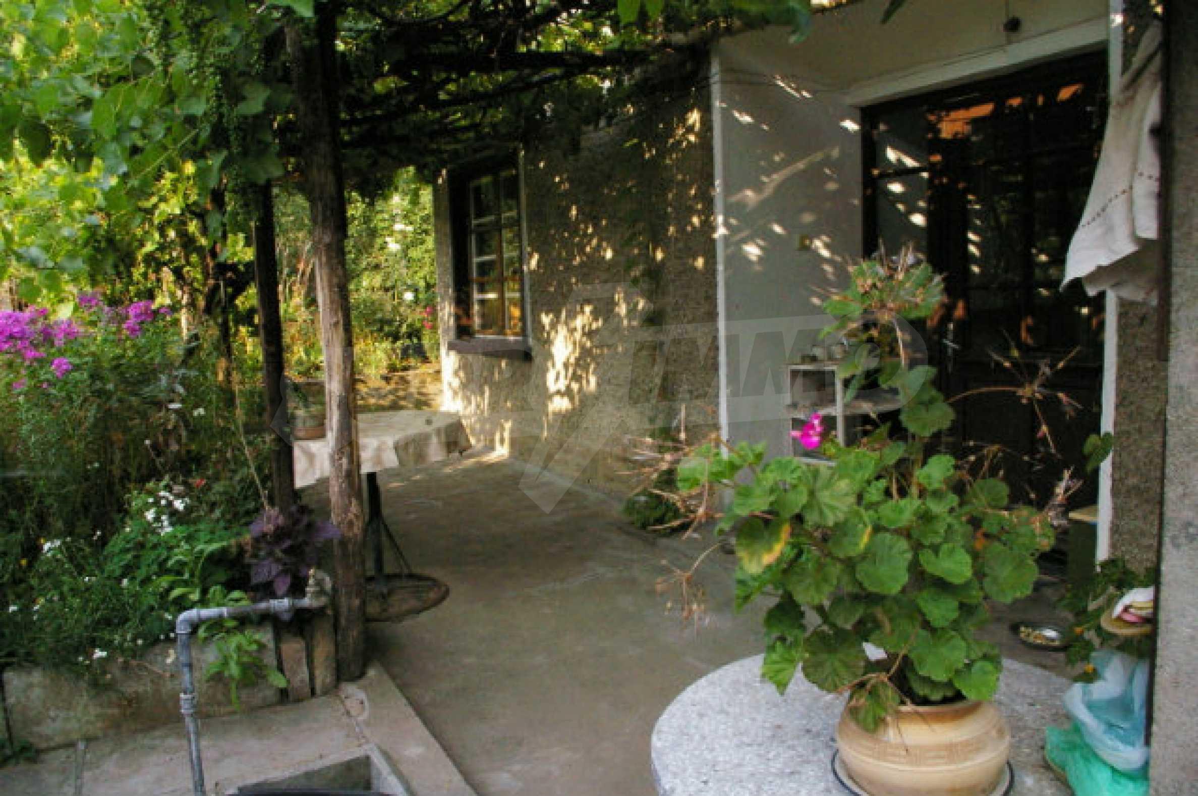 Просторна двуетажна къща в район с красива природа 16