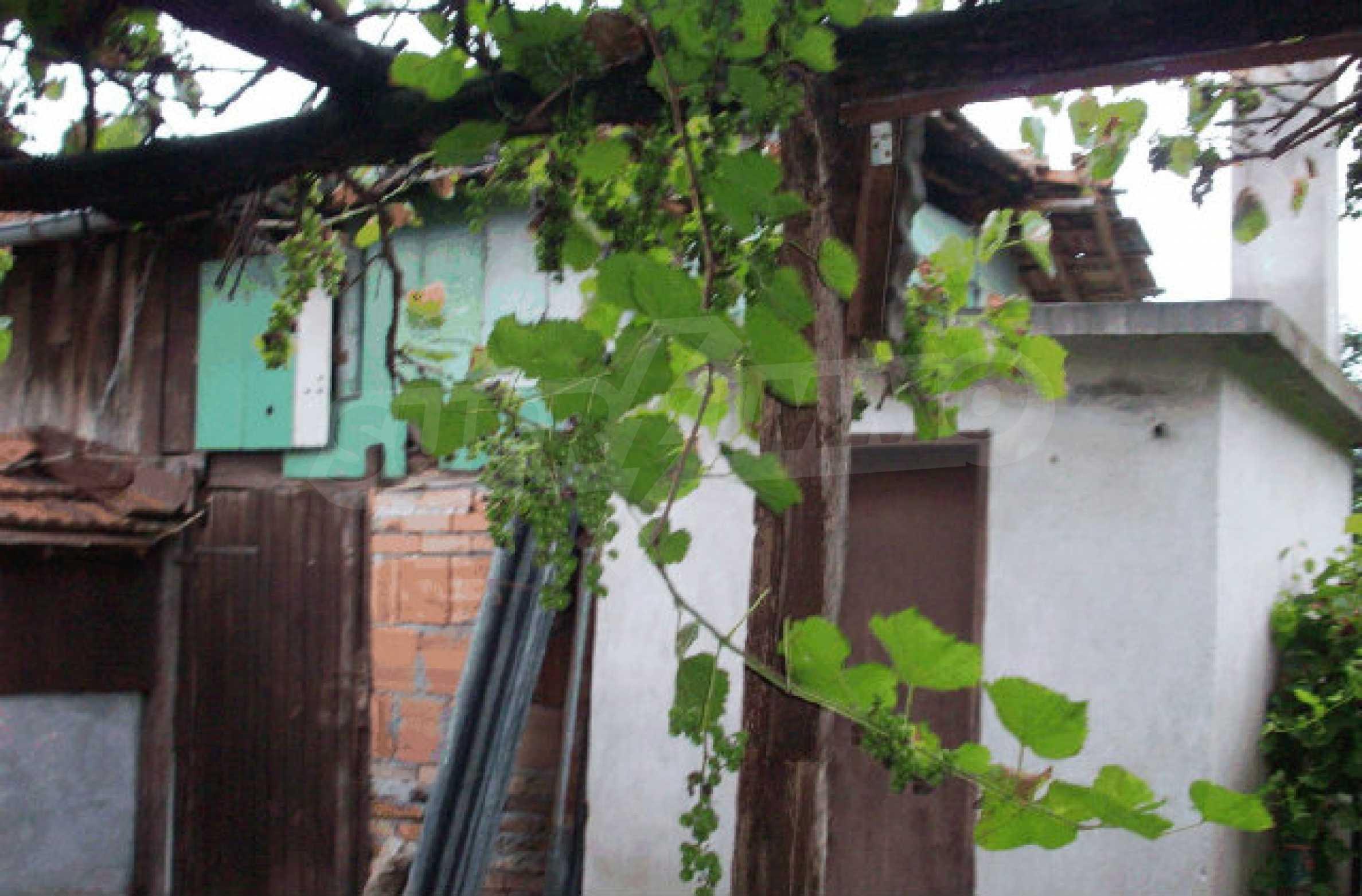 Просторна двуетажна къща в район с красива природа 21