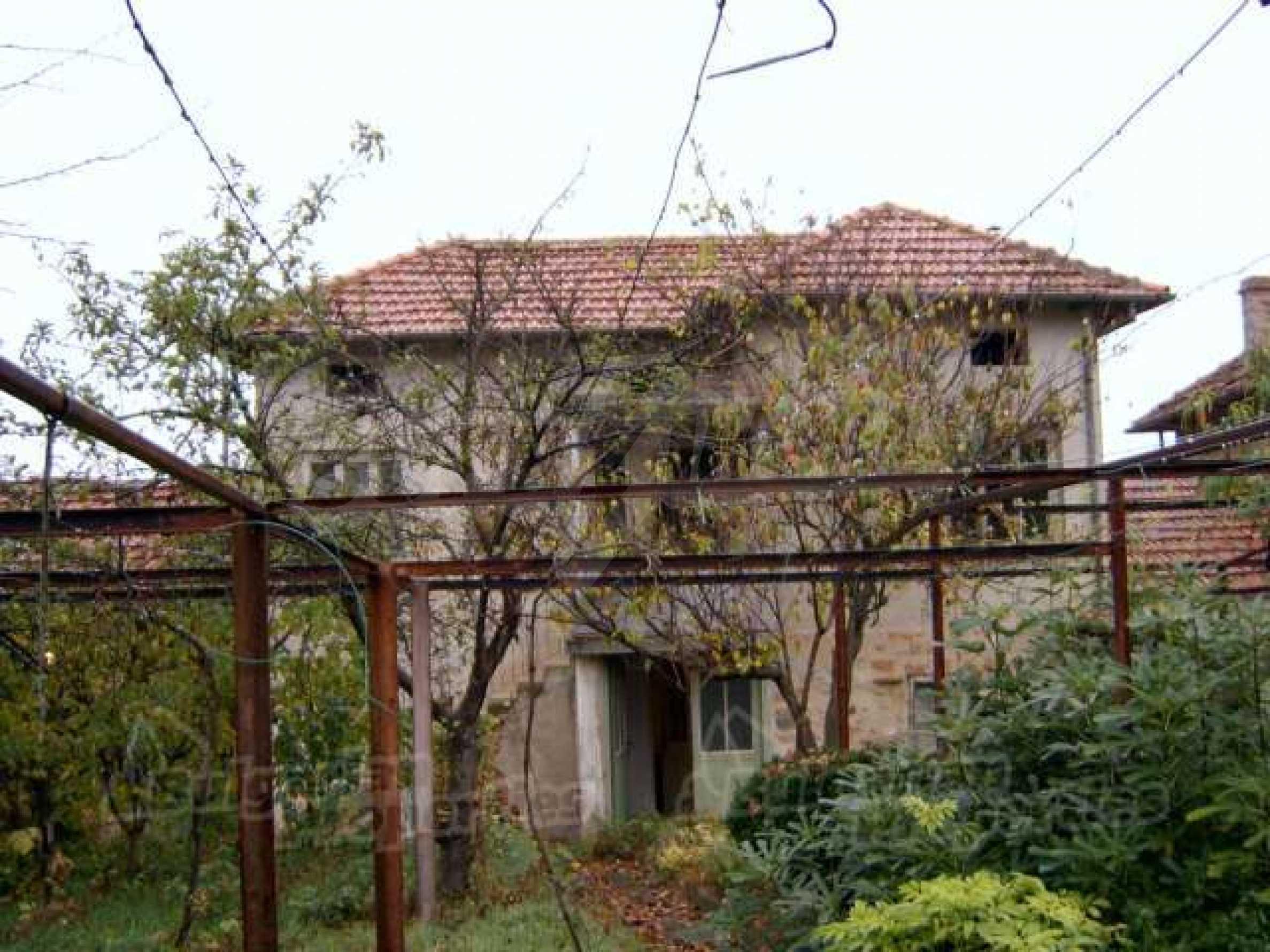 Zweistöckiges Haus in einem Dorf 10 km. von einem großen Damm