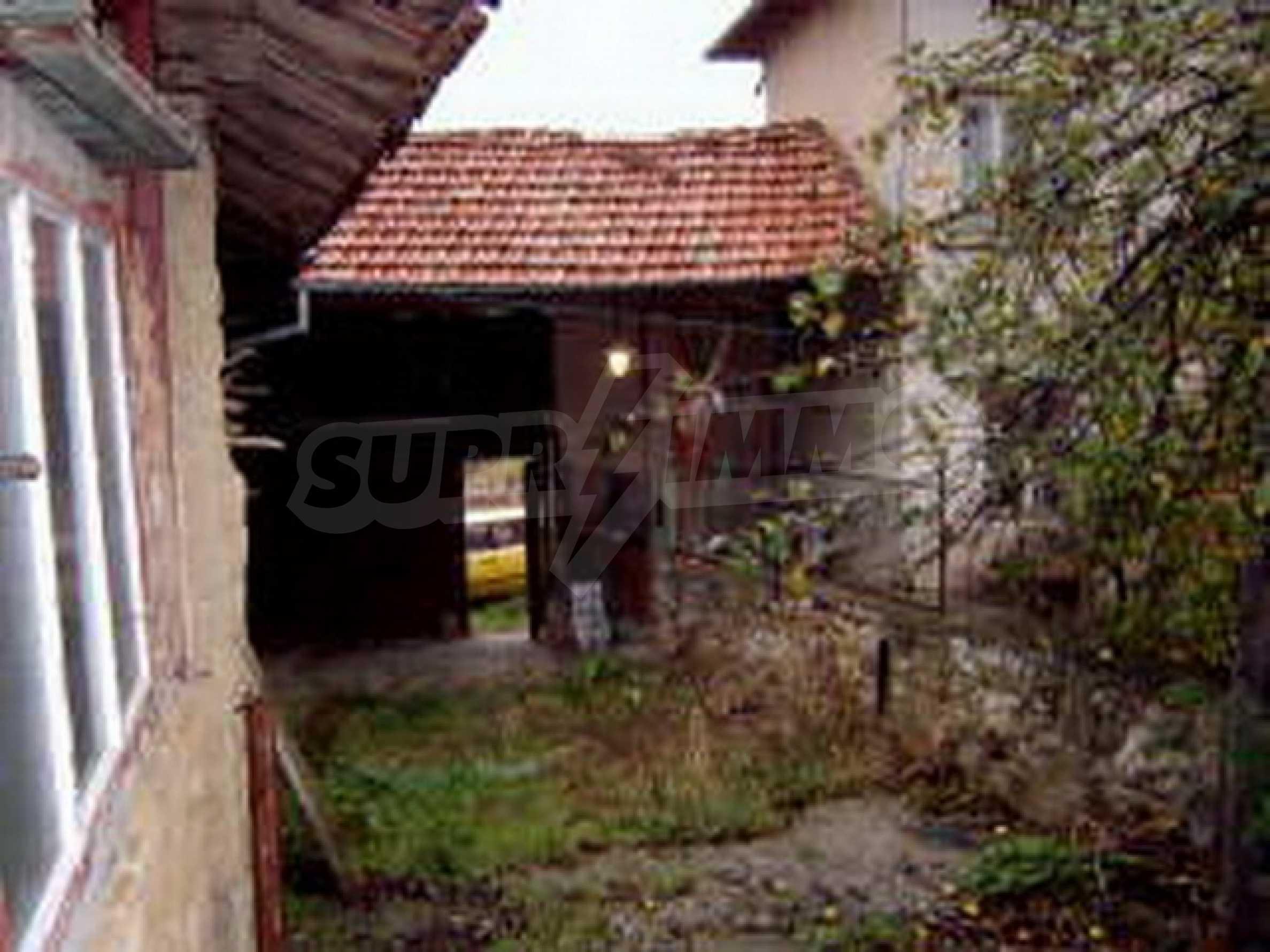 Zweistöckiges Haus in einem Dorf 10 km. von einem großen Damm 9