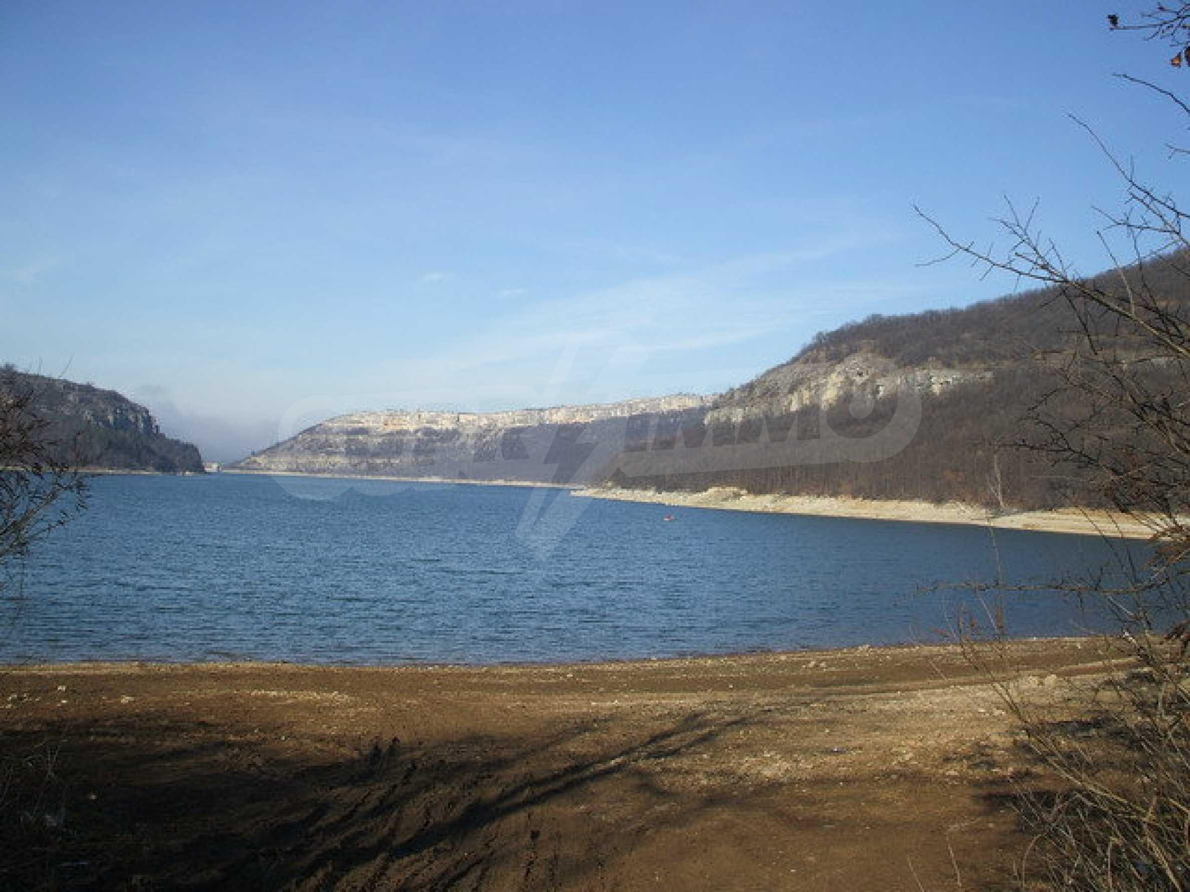 Земля в регуляции недалеко от озера  1