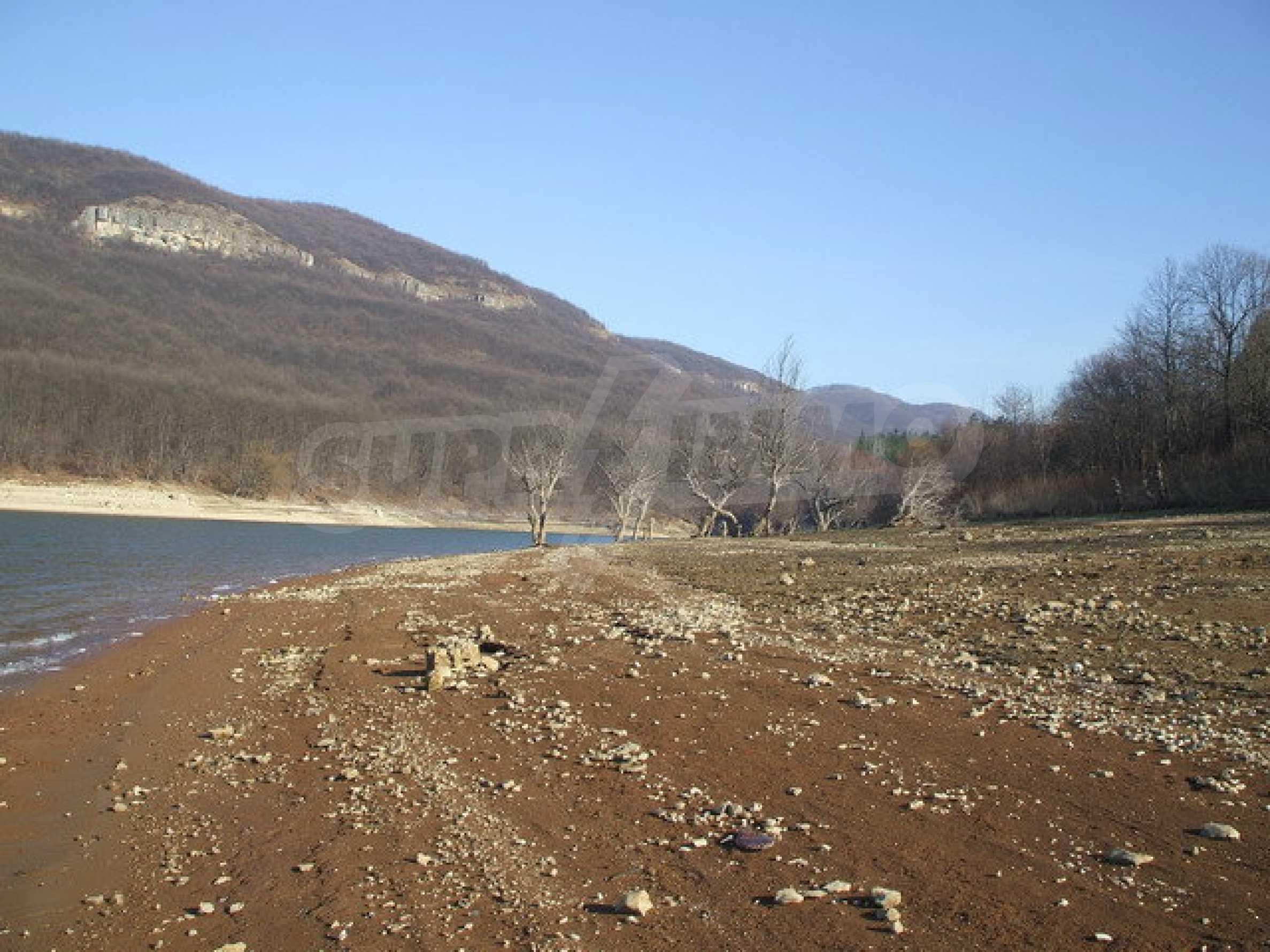 Земля в регуляции недалеко от озера  2