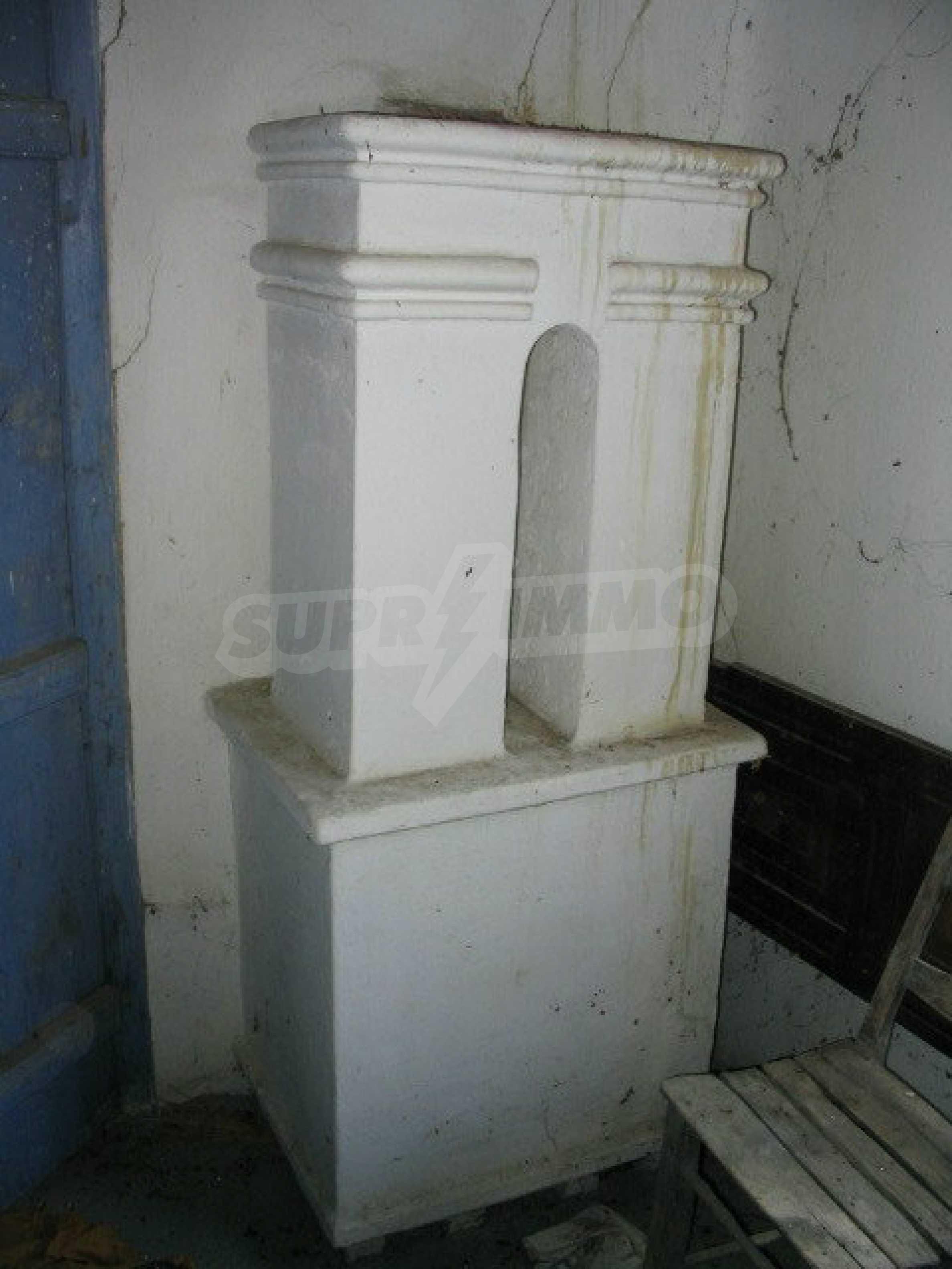 Двуетажна къща за ремонт в село Емен 9