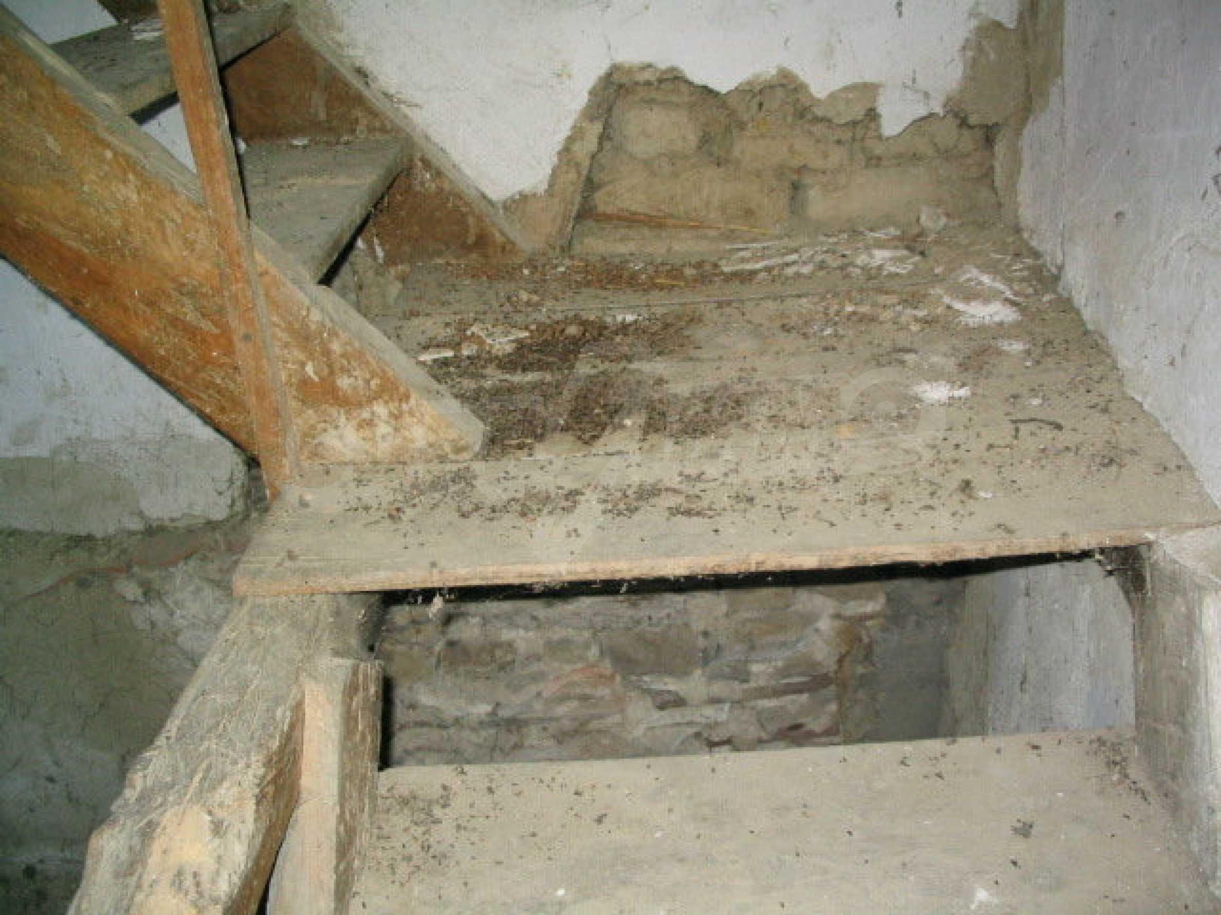 Двуетажна къща за ремонт в село Емен 12