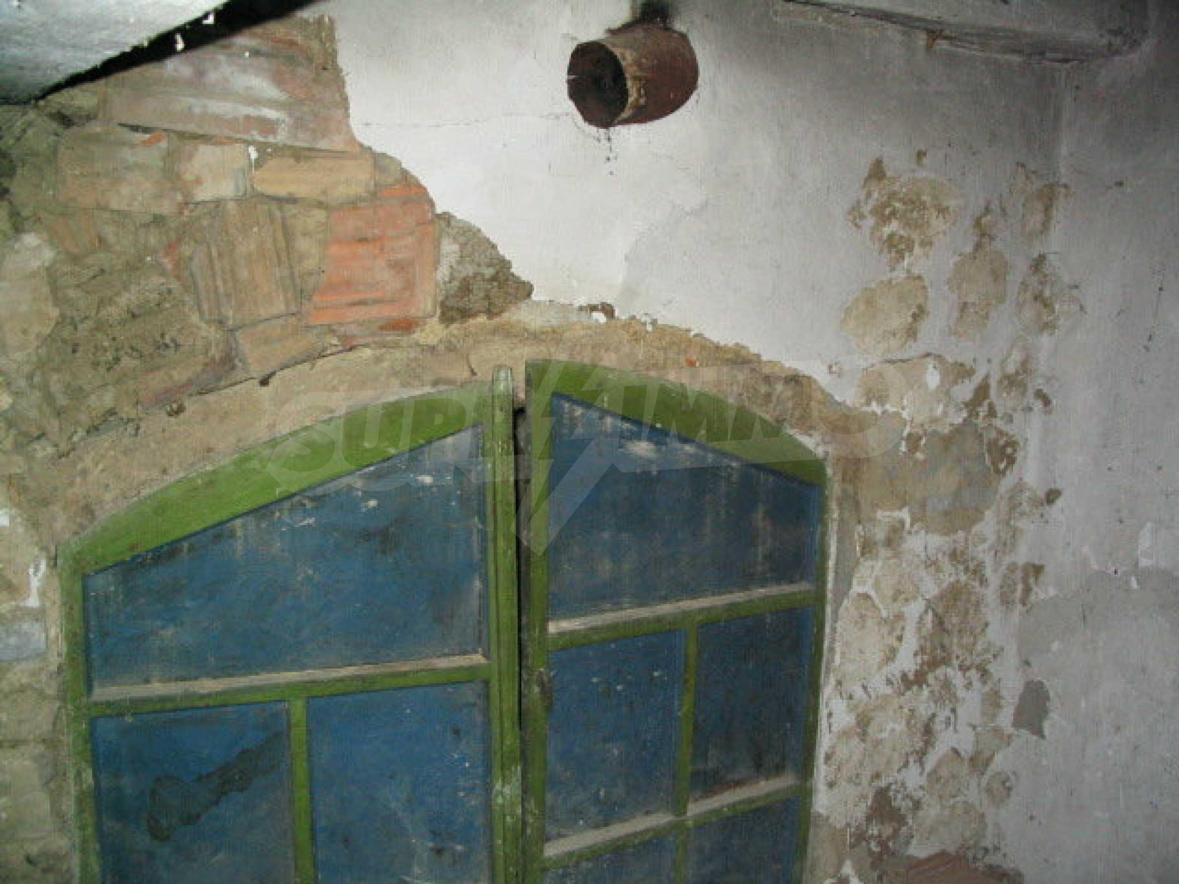 Двуетажна къща за ремонт в село Емен 13
