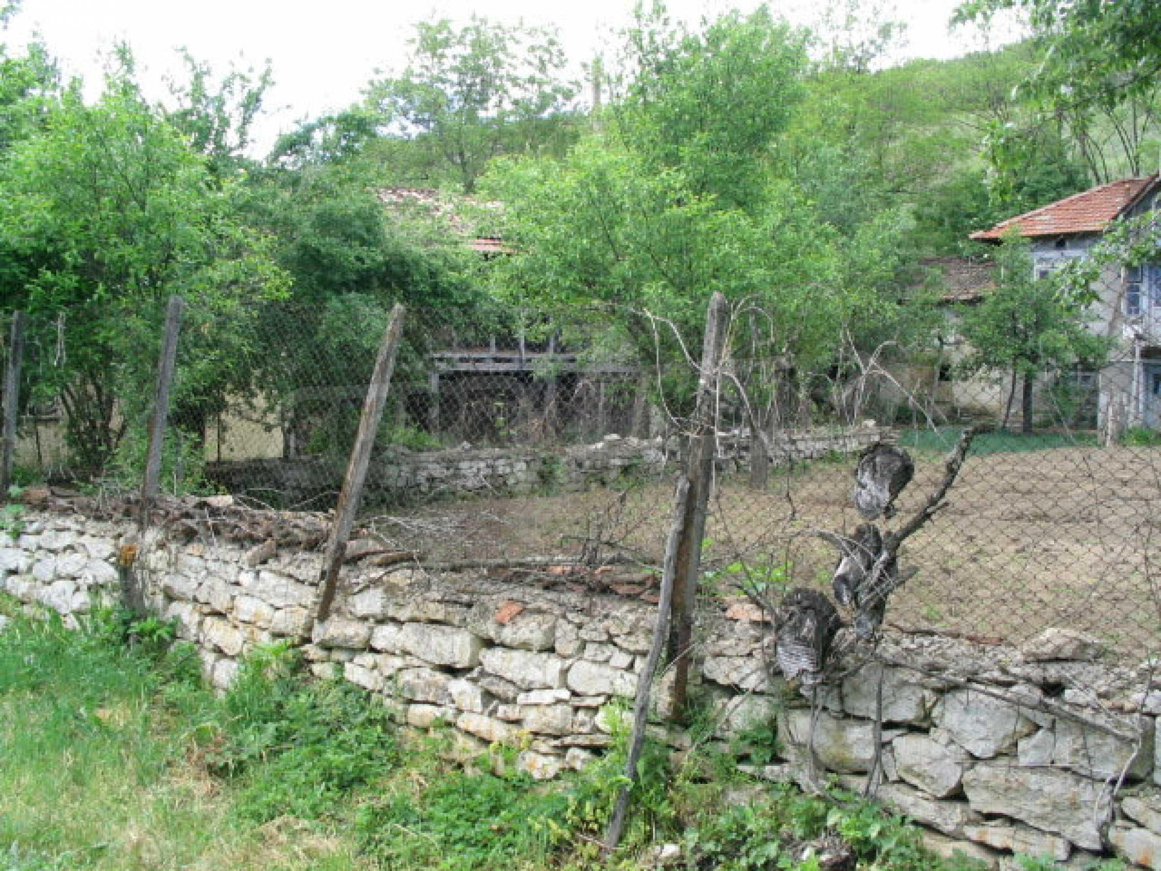 Двуетажна къща за ремонт в село Емен 1