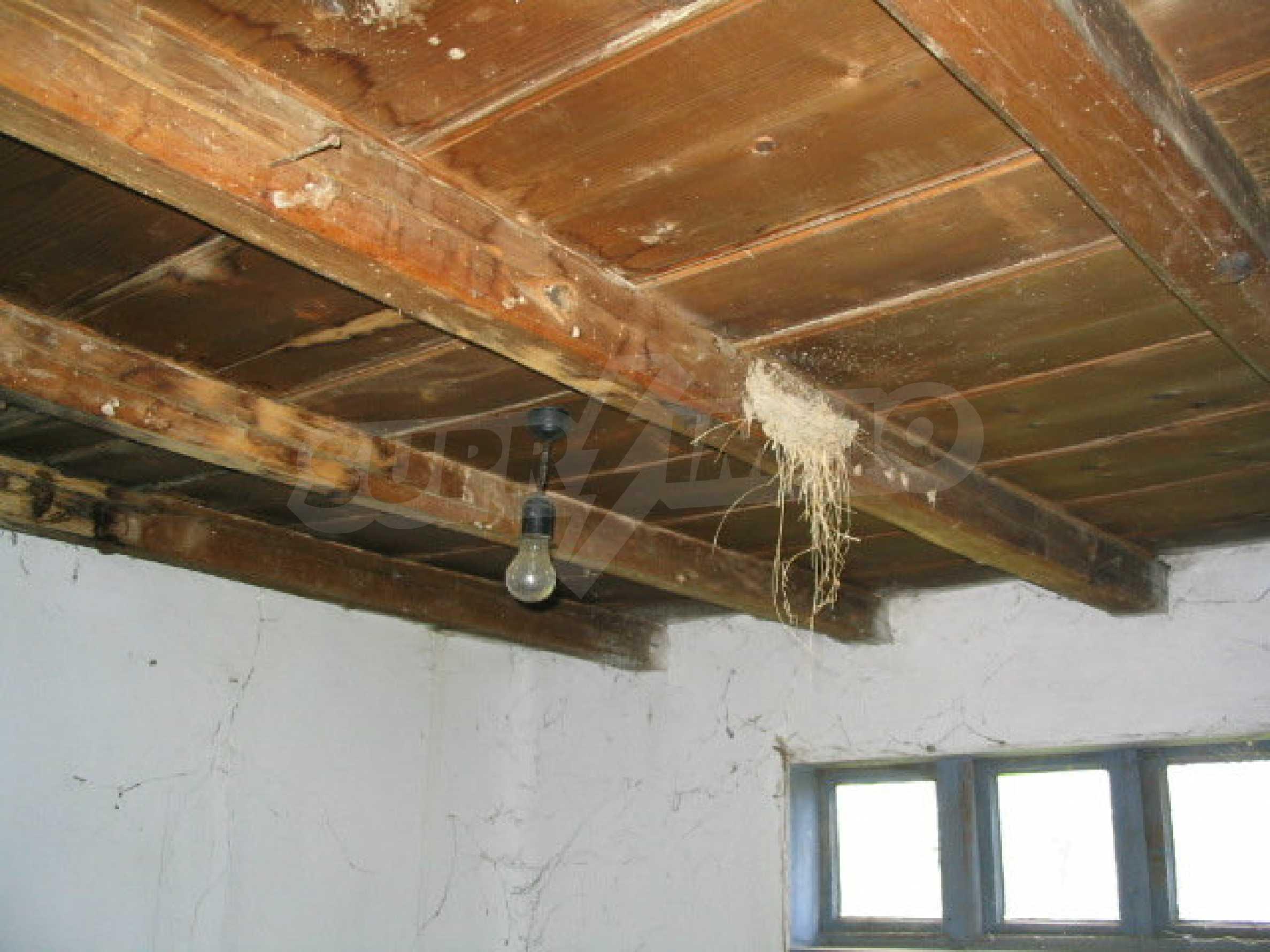Двуетажна къща за ремонт в село Емен 5
