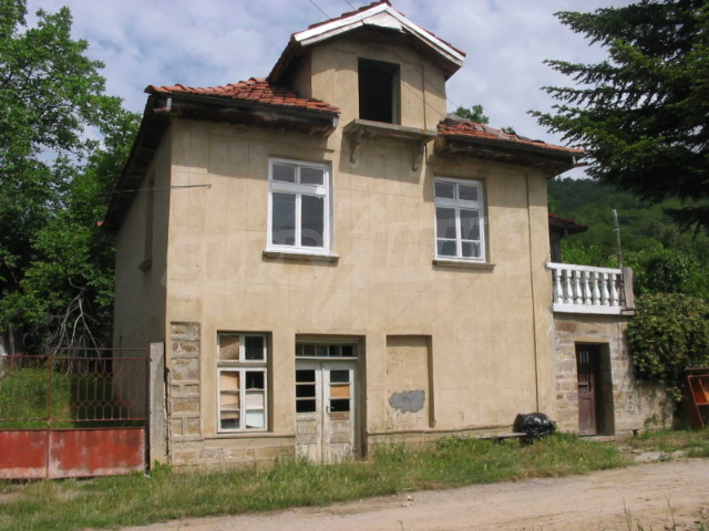 Двуетажна къща в село близо до Севлиево