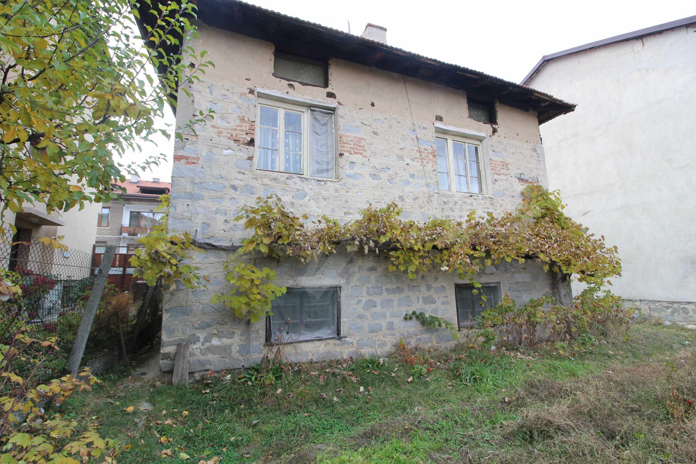 Двуетажна къща за продажба близо до центъра на Банско