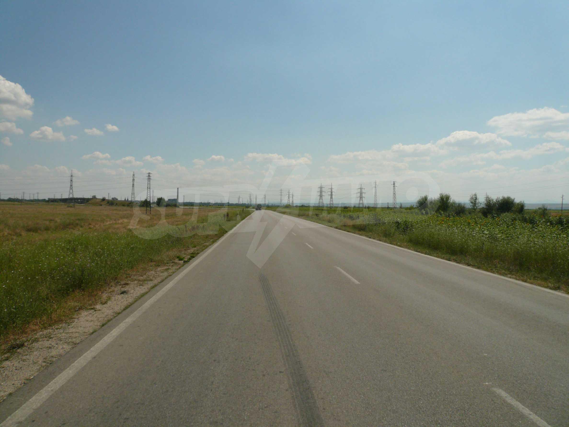 Ausgedehntes Land in der Nähe der E79 und der Donaubrücke 2 1