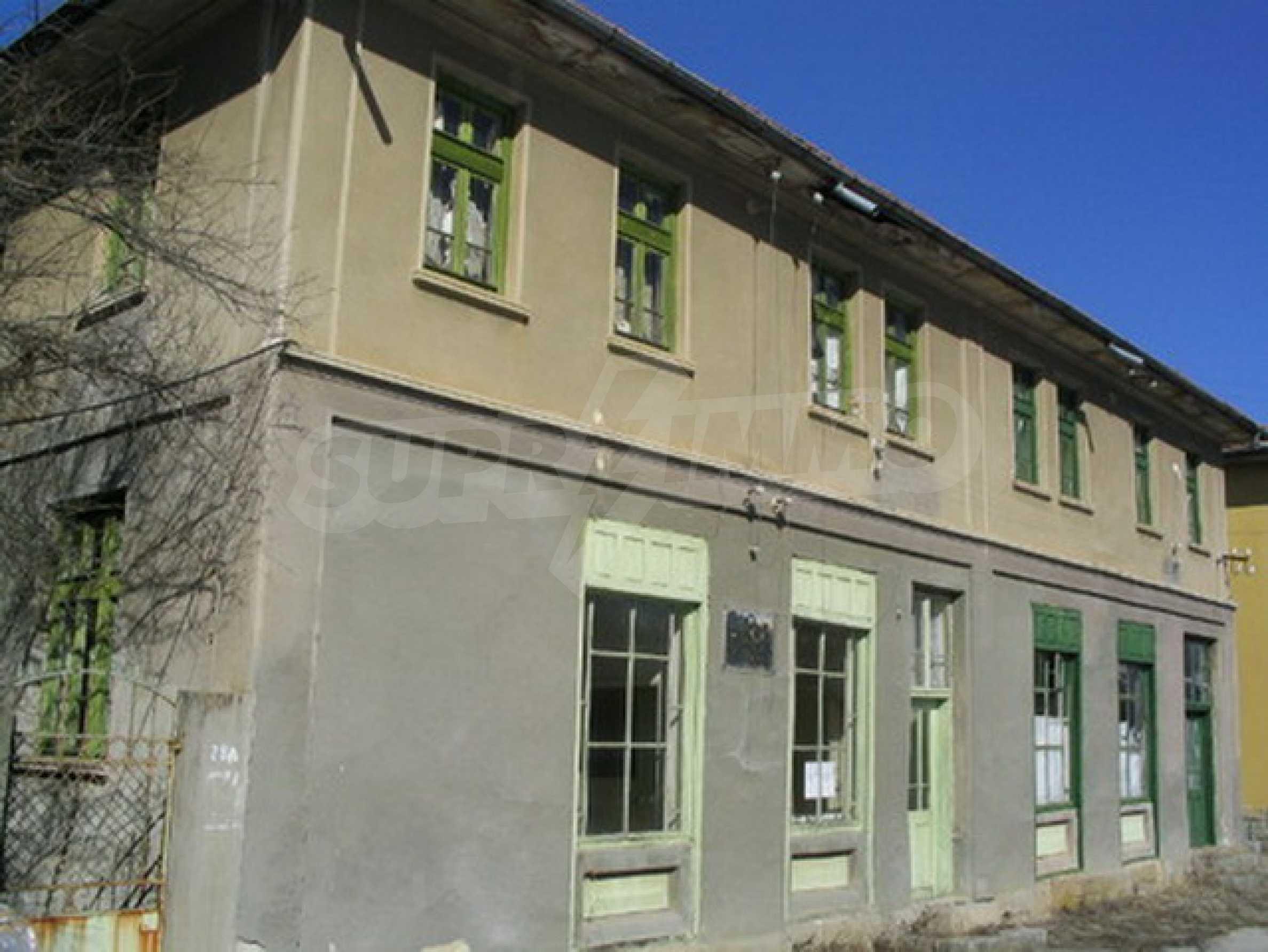 Massives Backsteingebäude in der Nähe der Stadt Elena 1