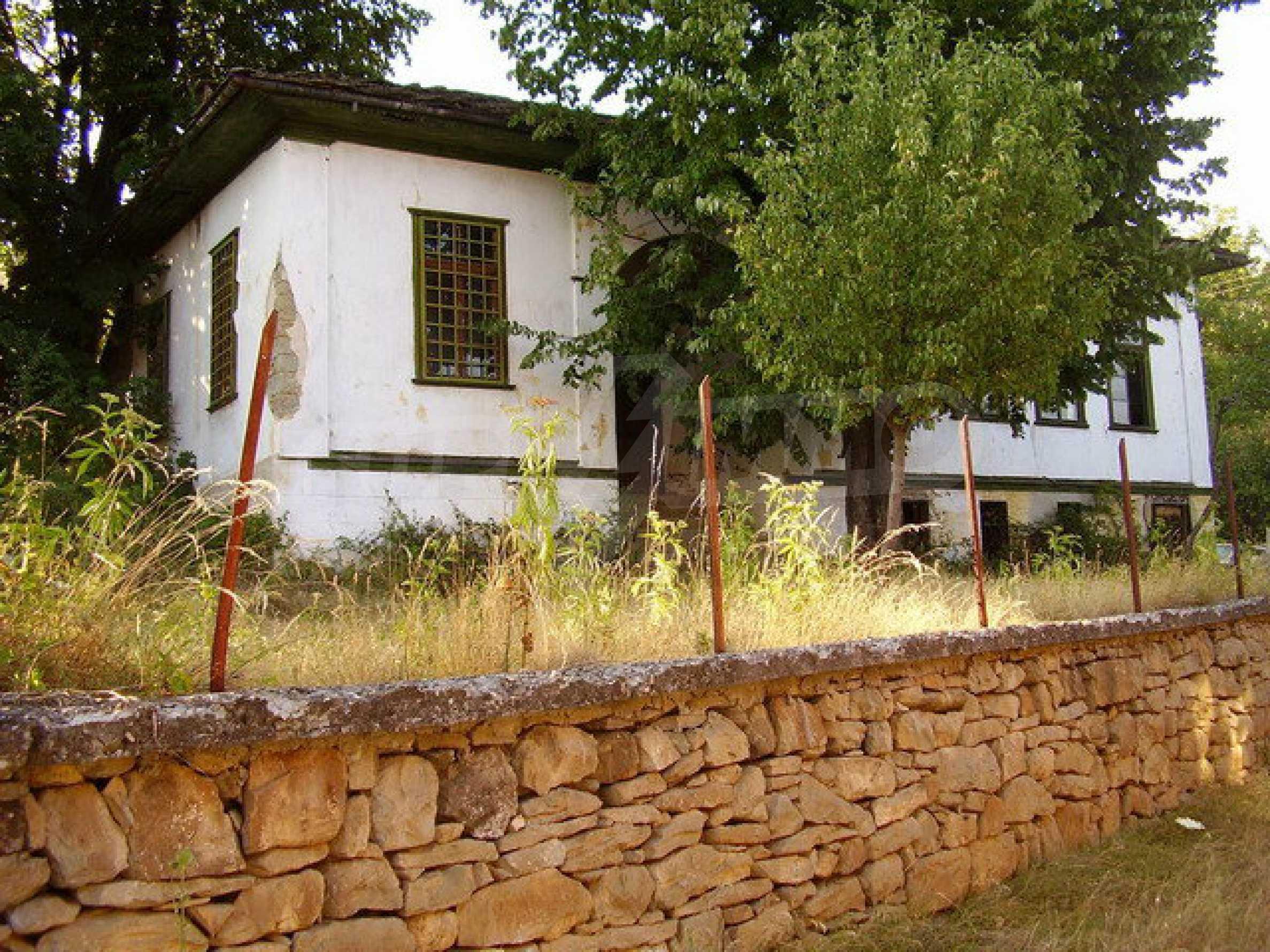 Старая  школа, построенная из камня, в чистом районе между городами Дряново и Трявна