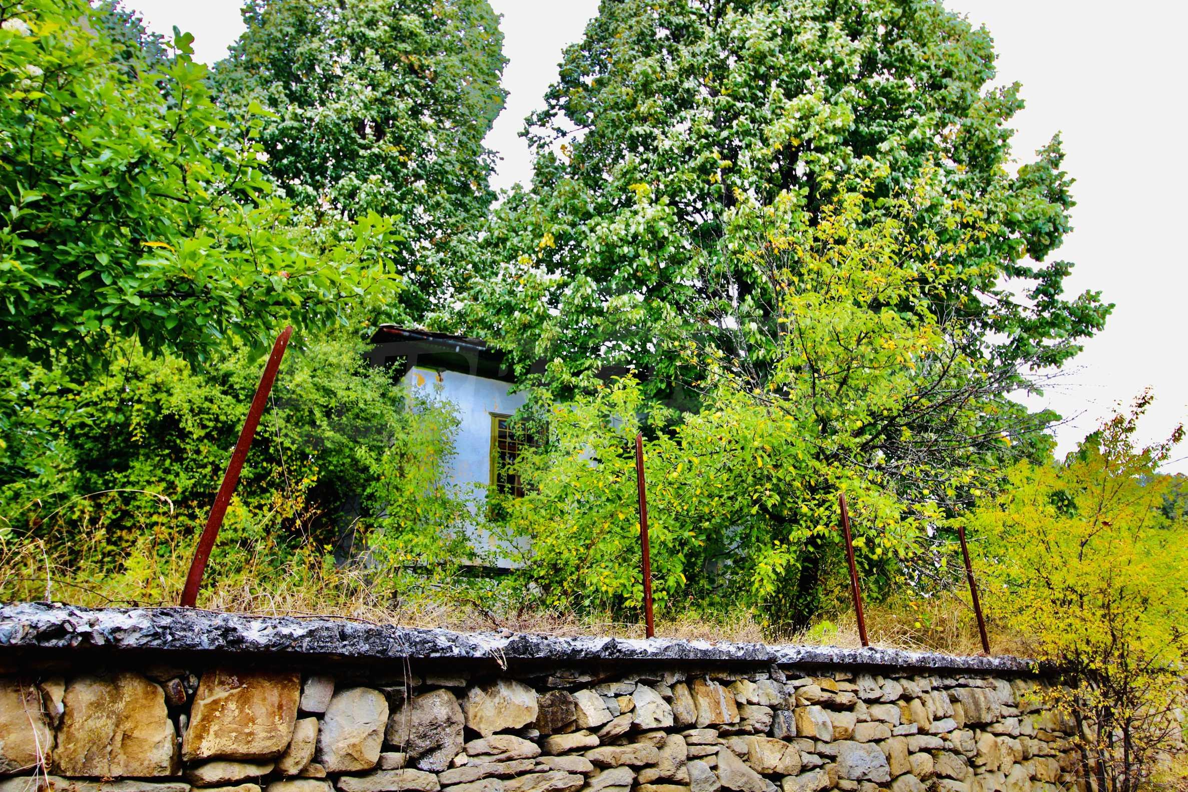 Старая  школа, построенная из камня, в чистом районе между городами Дряново и Трявна 9