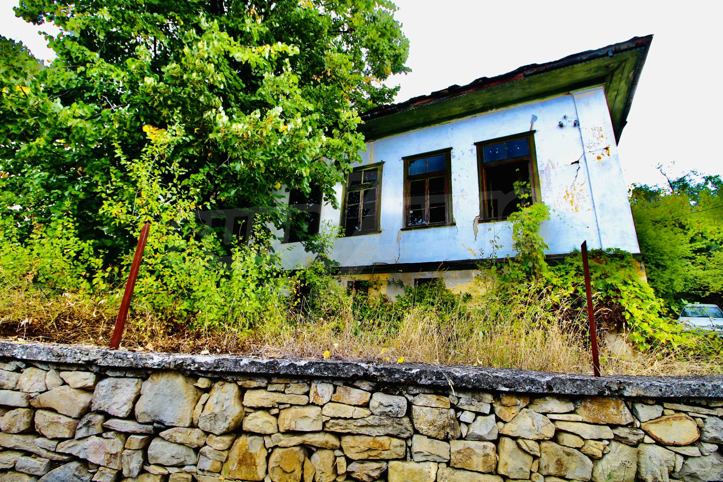 Старая  школа, построенная из камня, в чистом районе между городами Дряново и Трявна 10