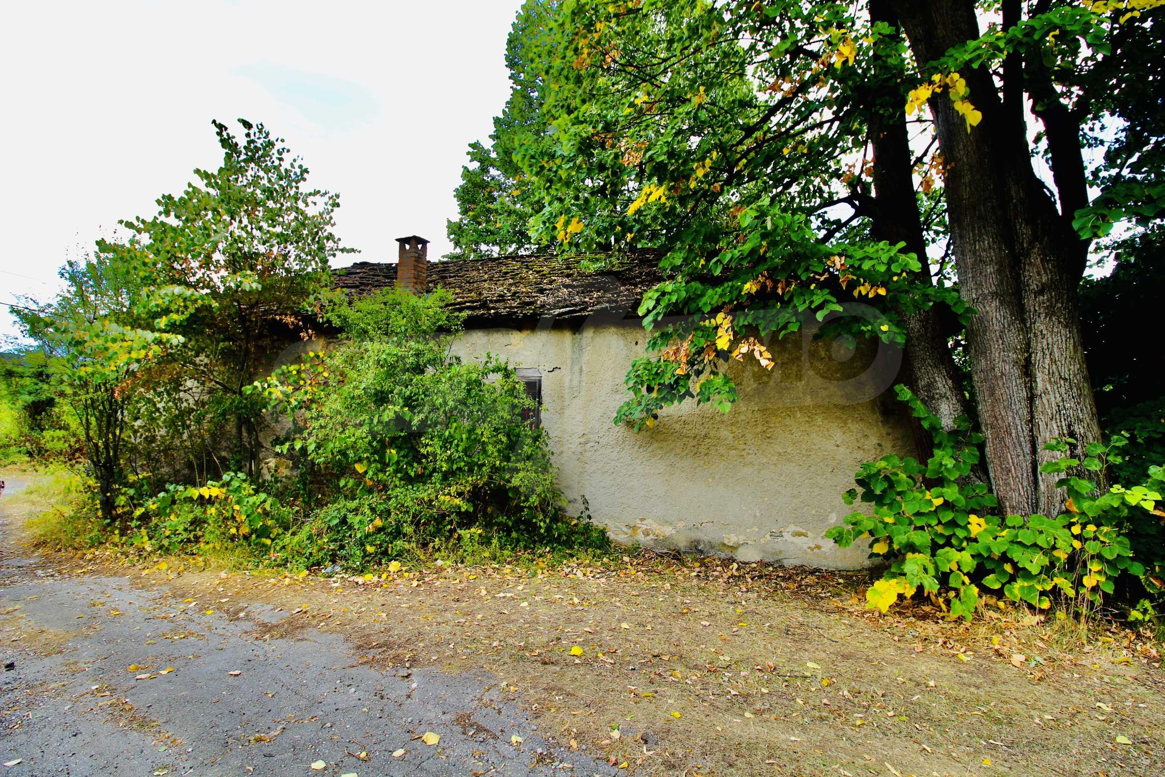 Старая  школа, построенная из камня, в чистом районе между городами Дряново и Трявна 11