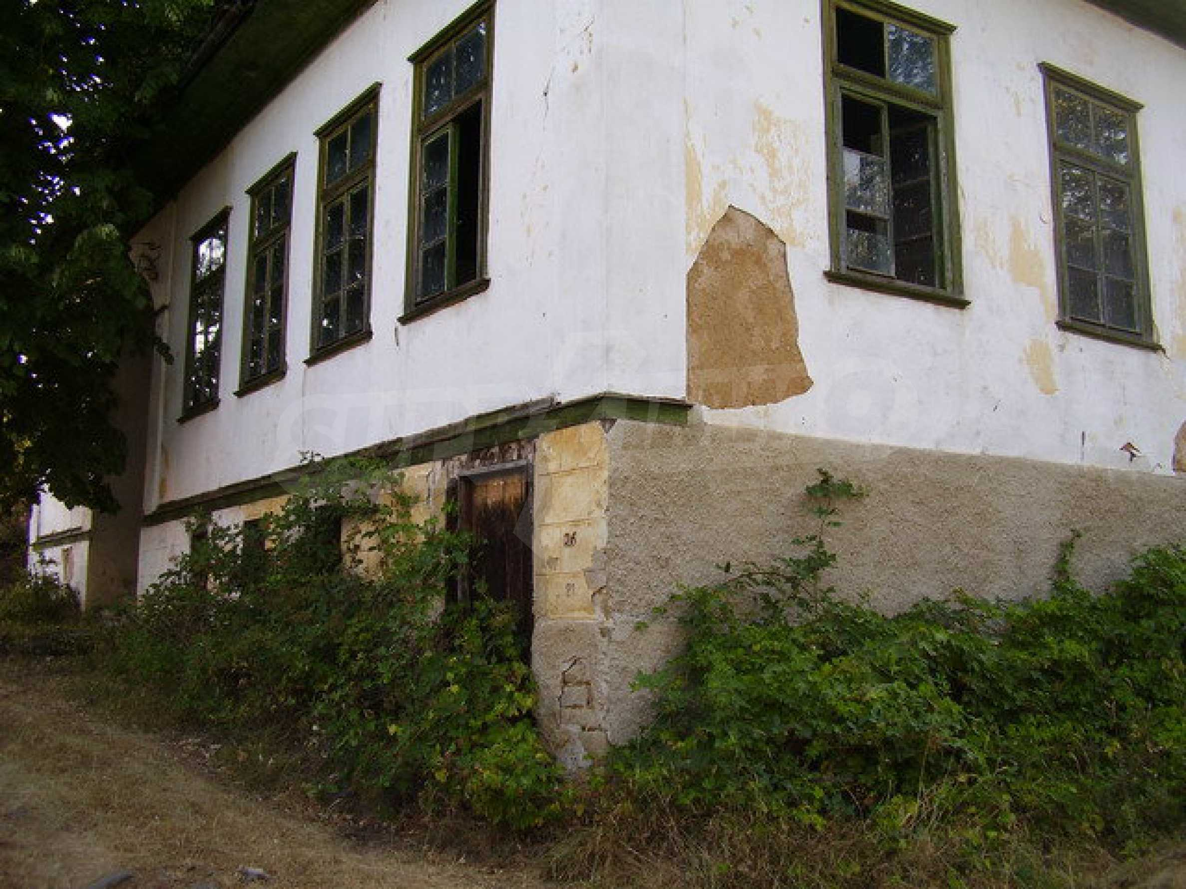 Старая  школа, построенная из камня, в чистом районе между городами Дряново и Трявна 1