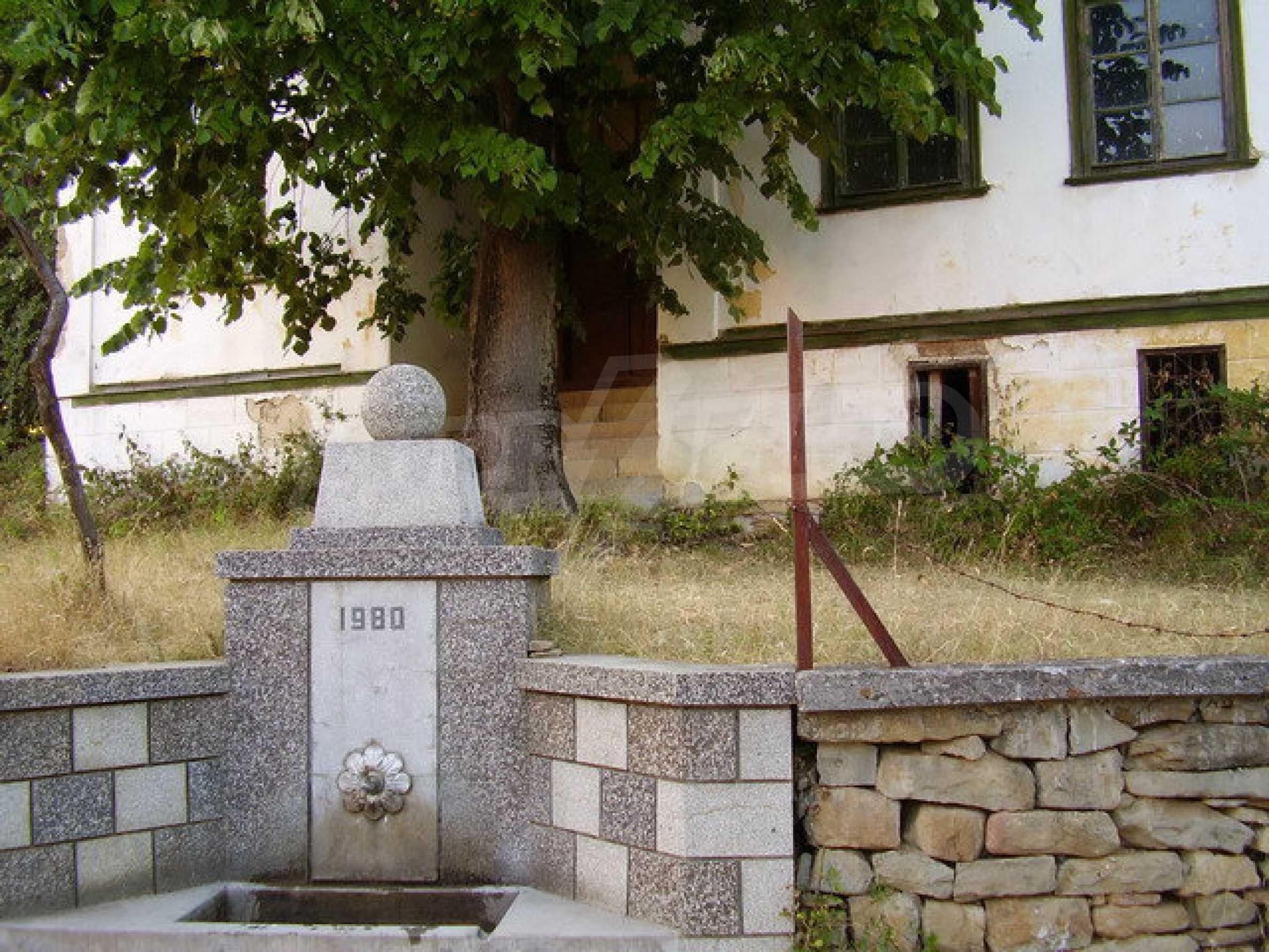Старая  школа, построенная из камня, в чистом районе между городами Дряново и Трявна 2