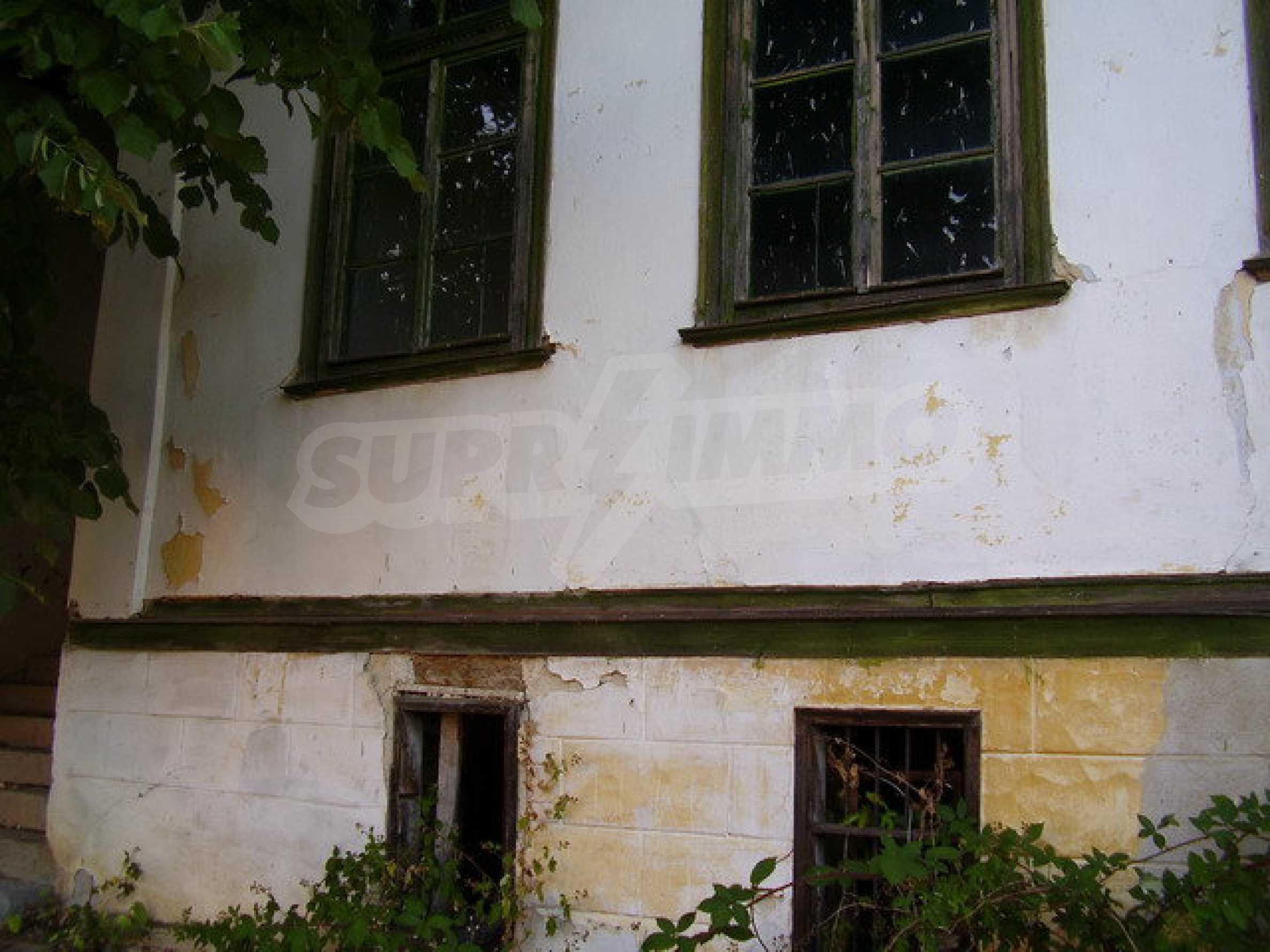 Старая  школа, построенная из камня, в чистом районе между городами Дряново и Трявна 3