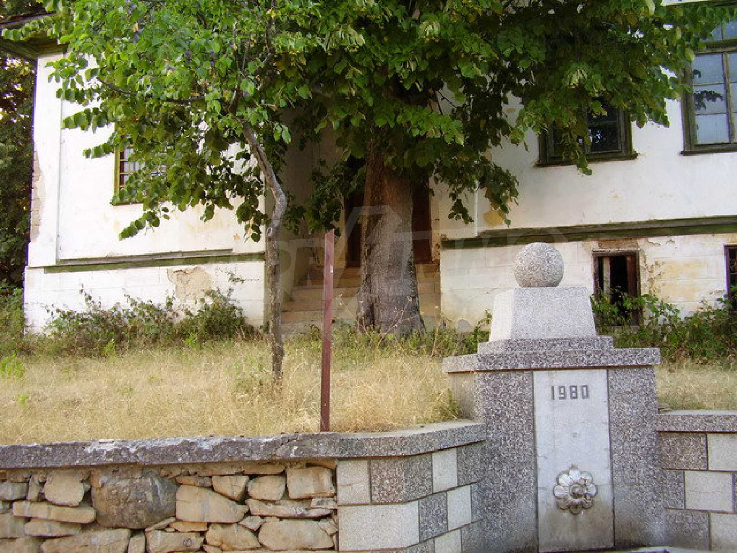 Старая  школа, построенная из камня, в чистом районе между городами Дряново и Трявна 5