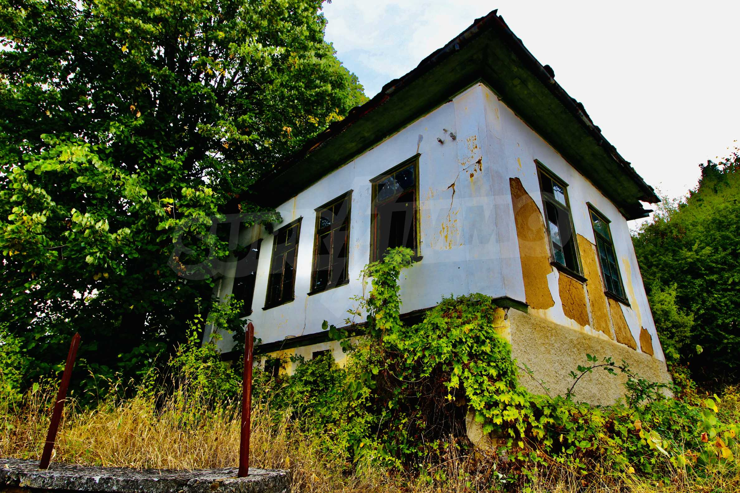 Старая  школа, построенная из камня, в чистом районе между городами Дряново и Трявна 7