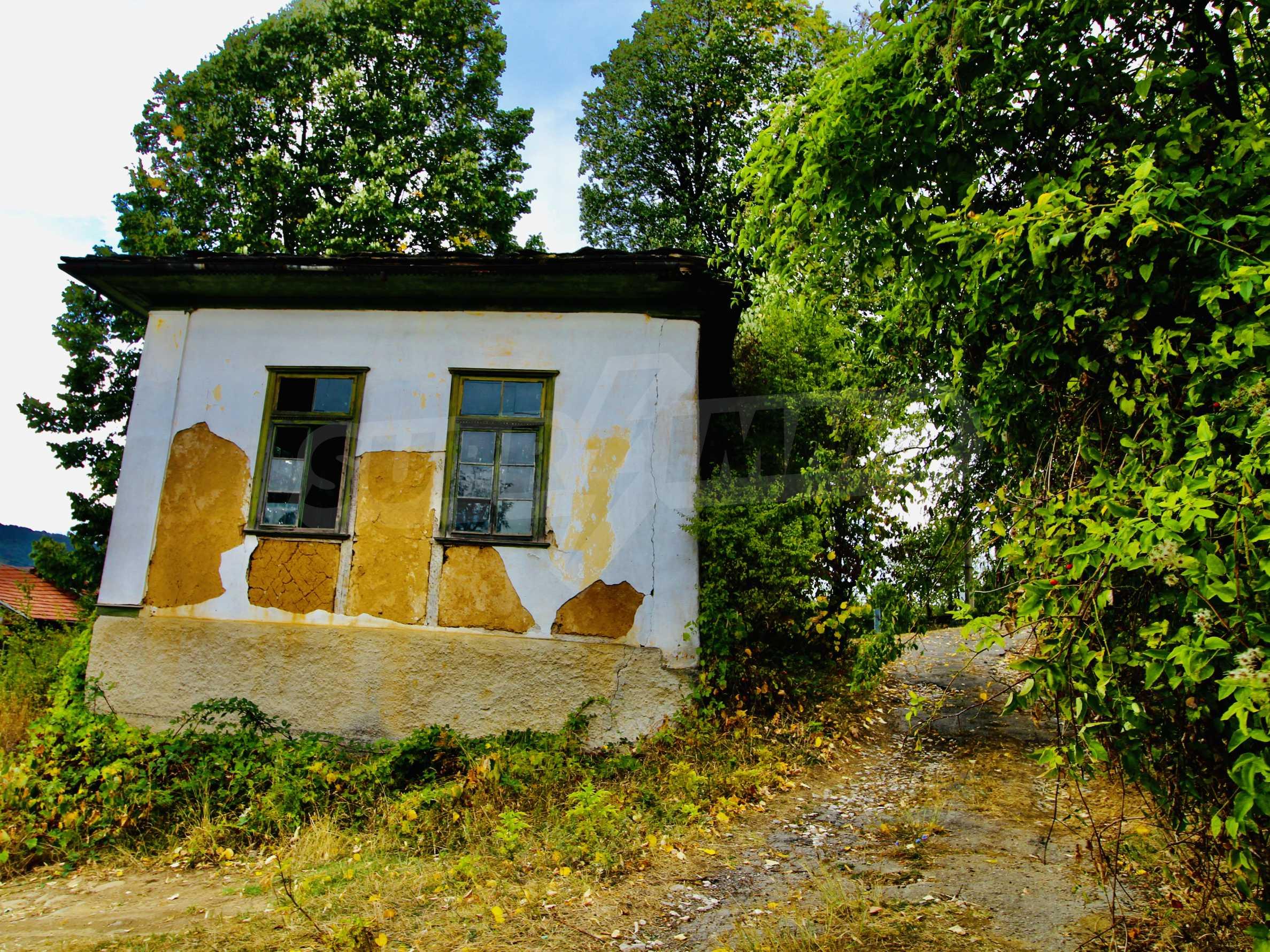 Старая  школа, построенная из камня, в чистом районе между городами Дряново и Трявна 8