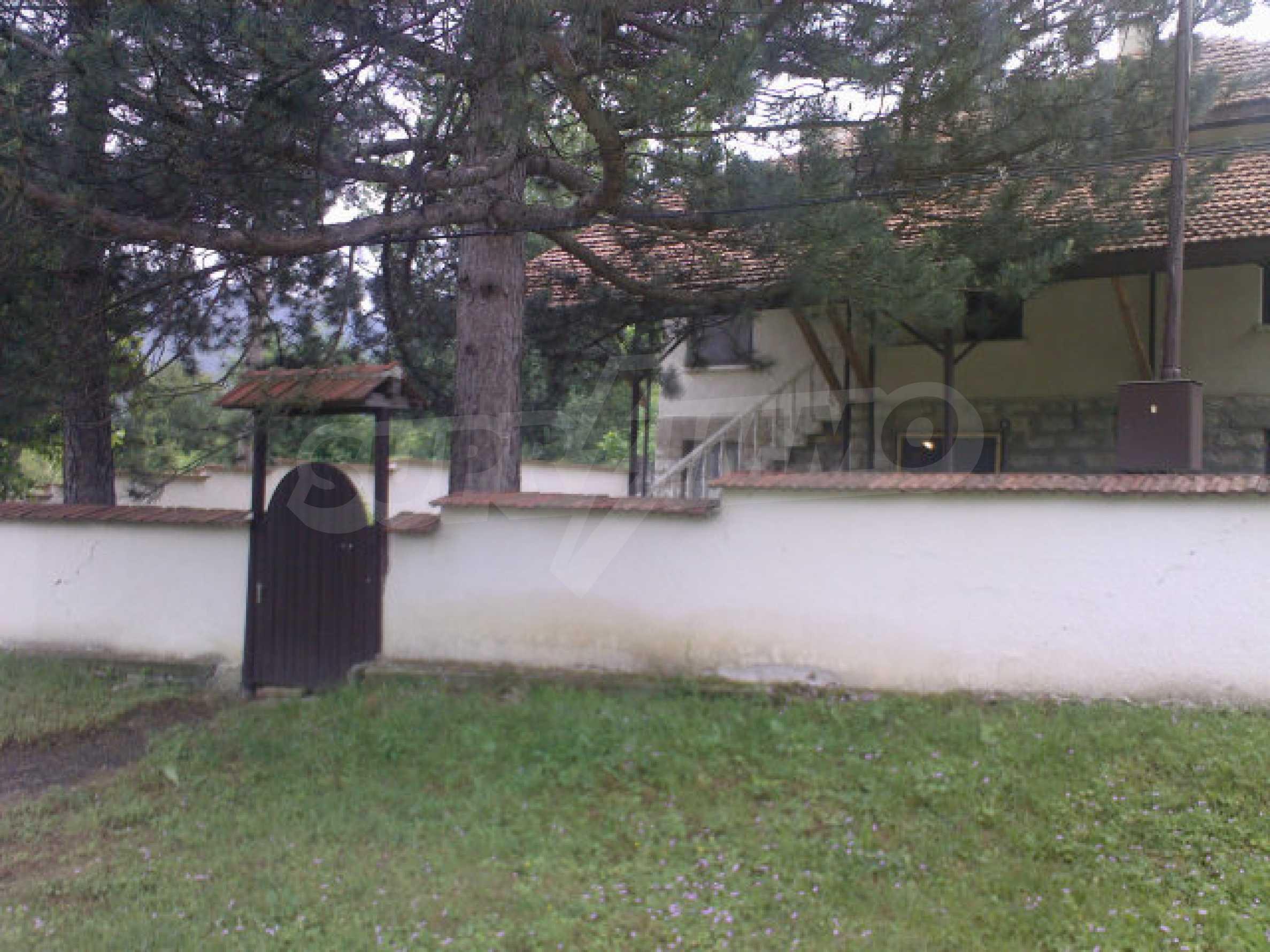 Къща на два етажа с голям двор