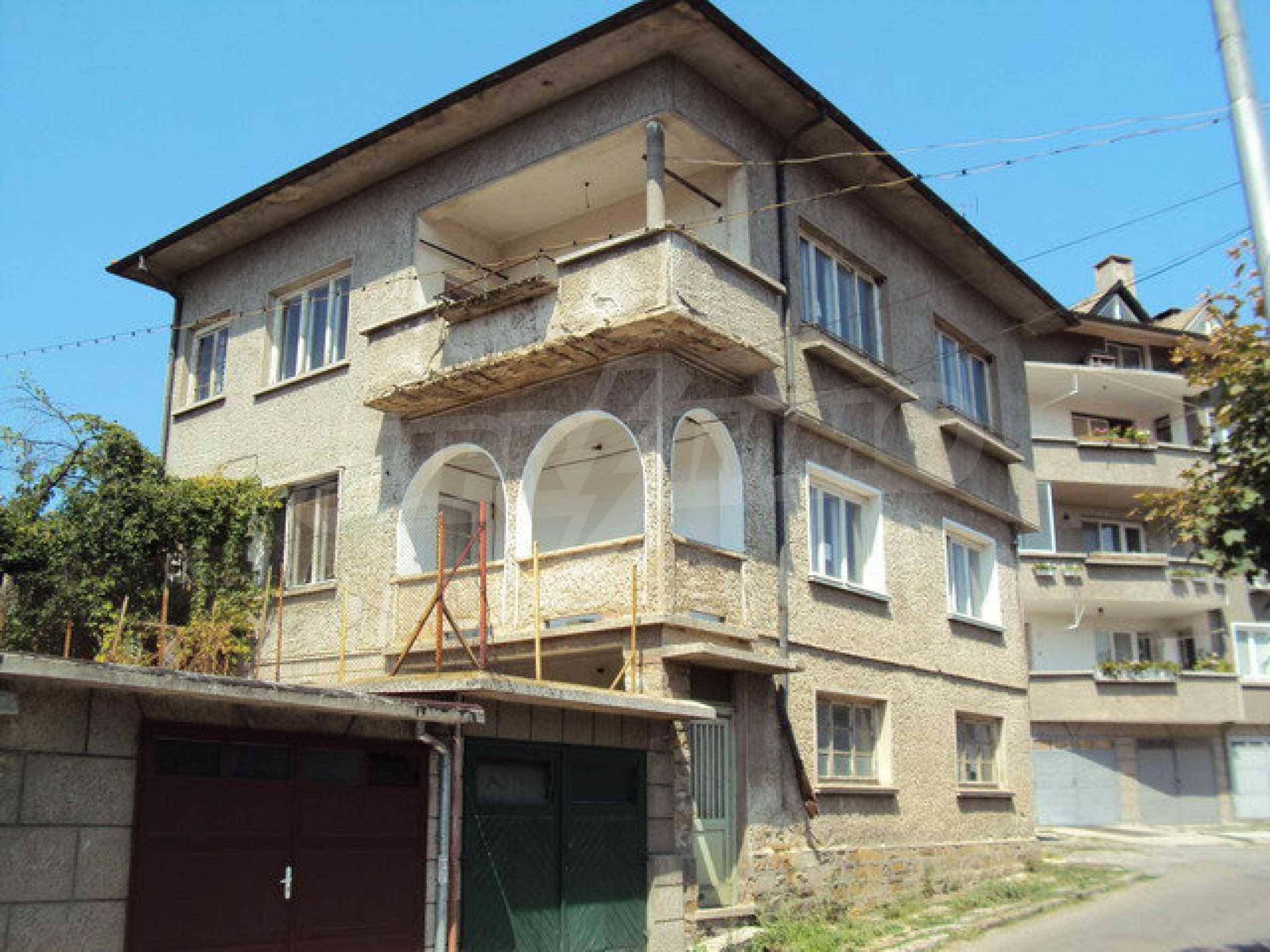 Geräumiges Haus mit Hof, Garage und Nebengebäude in Dryanovo