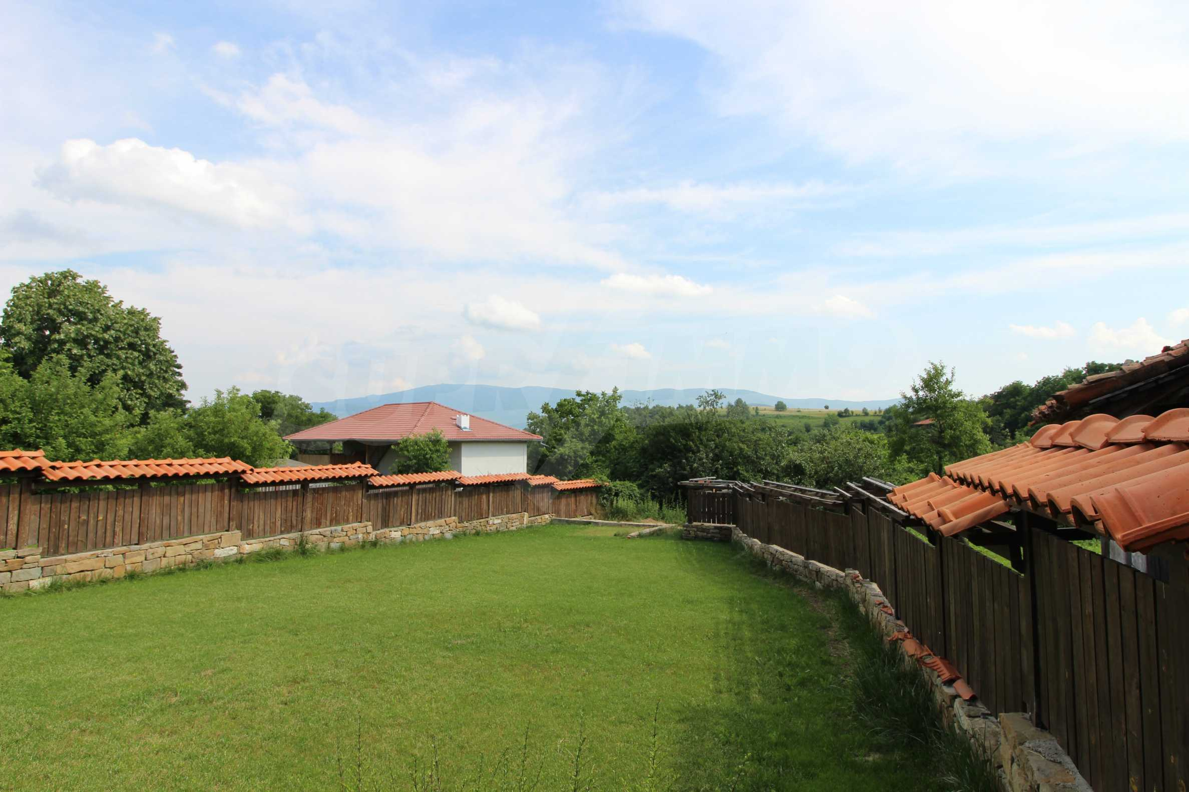 Реновирана Възрожденска къща с двор само на 9 км от град Елена  2