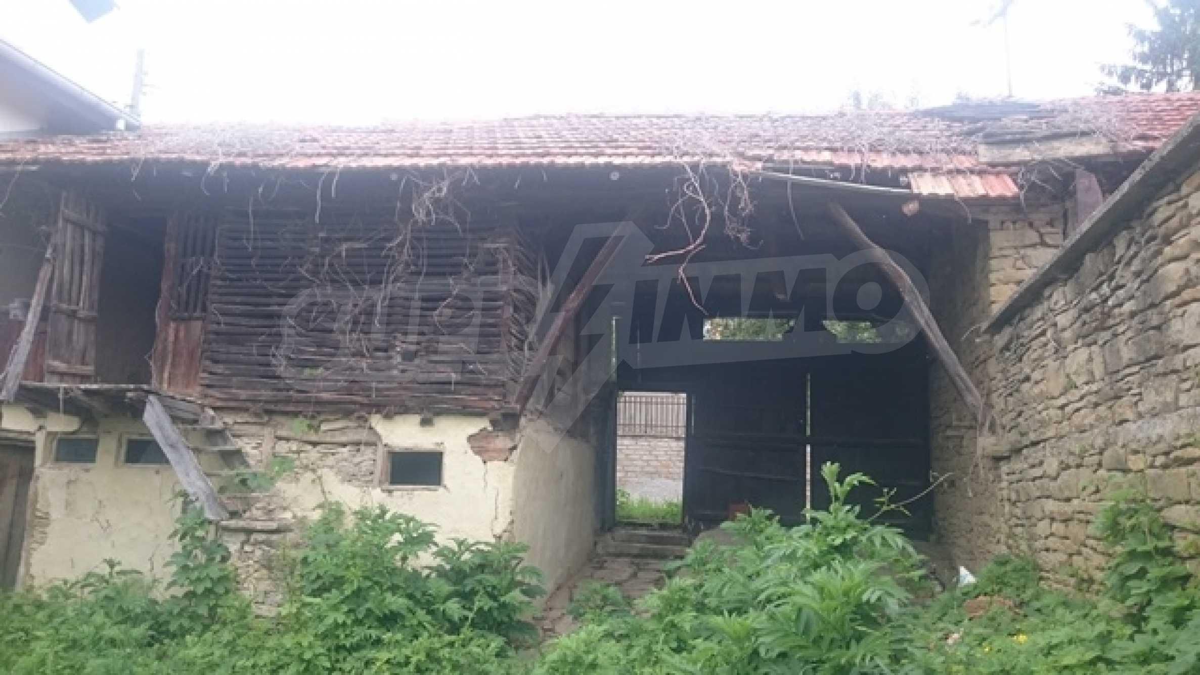 Двуетажна каменна къща в полите на Стара планина 36