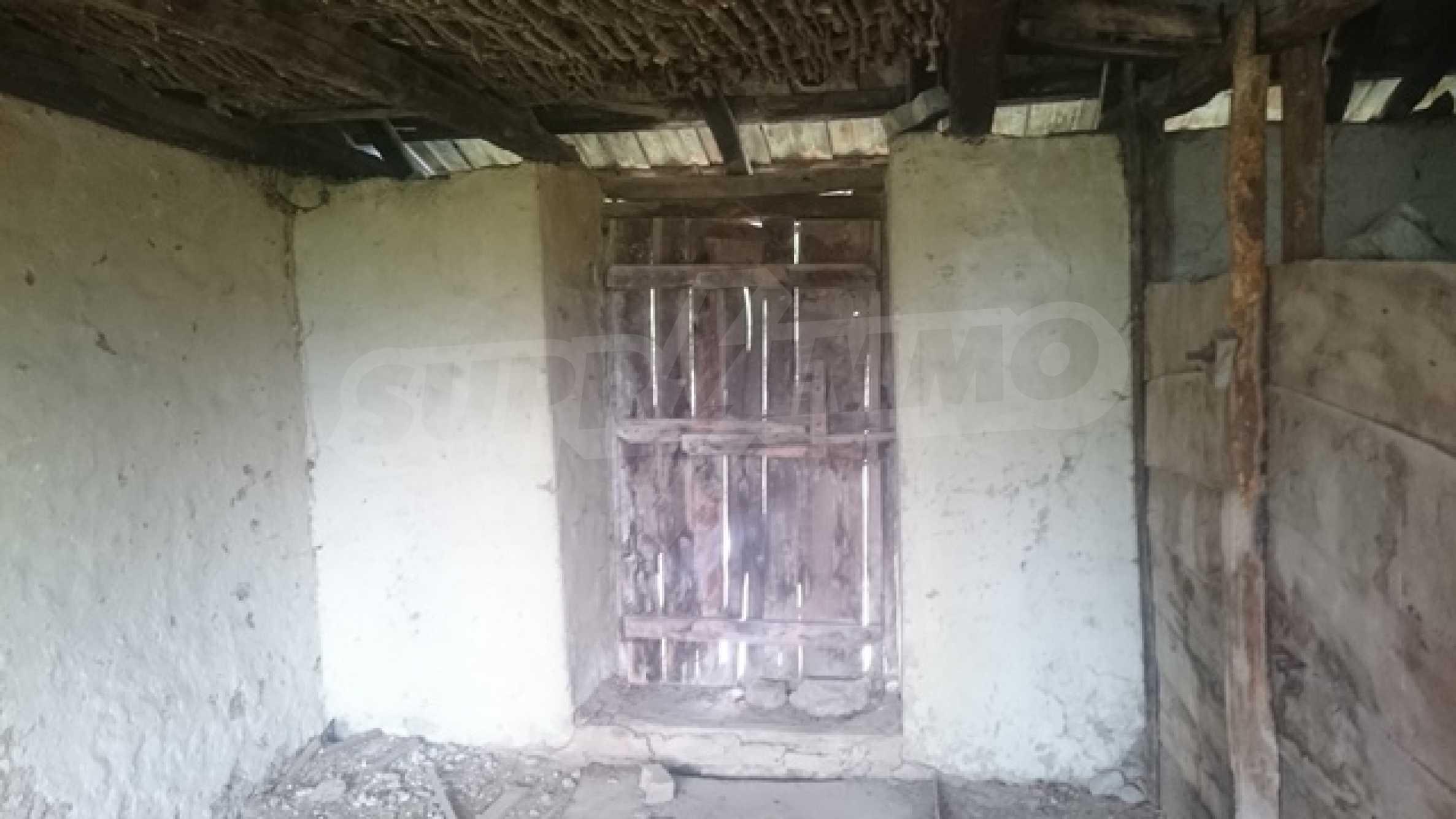 Двуетажна каменна къща в полите на Стара планина 38