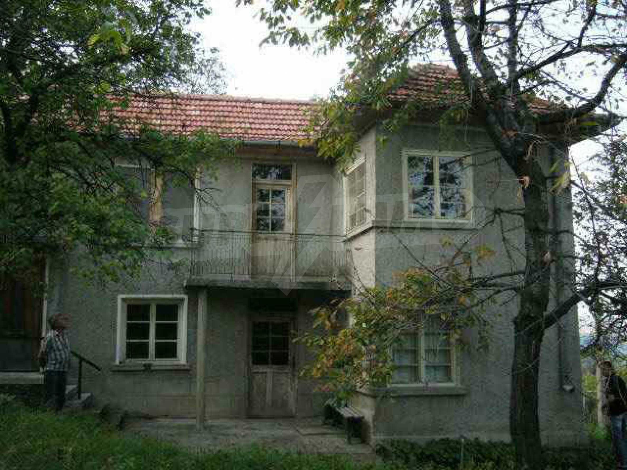 Двуетажна къща с голям двор в китно селце на 10 км. от град Габрово