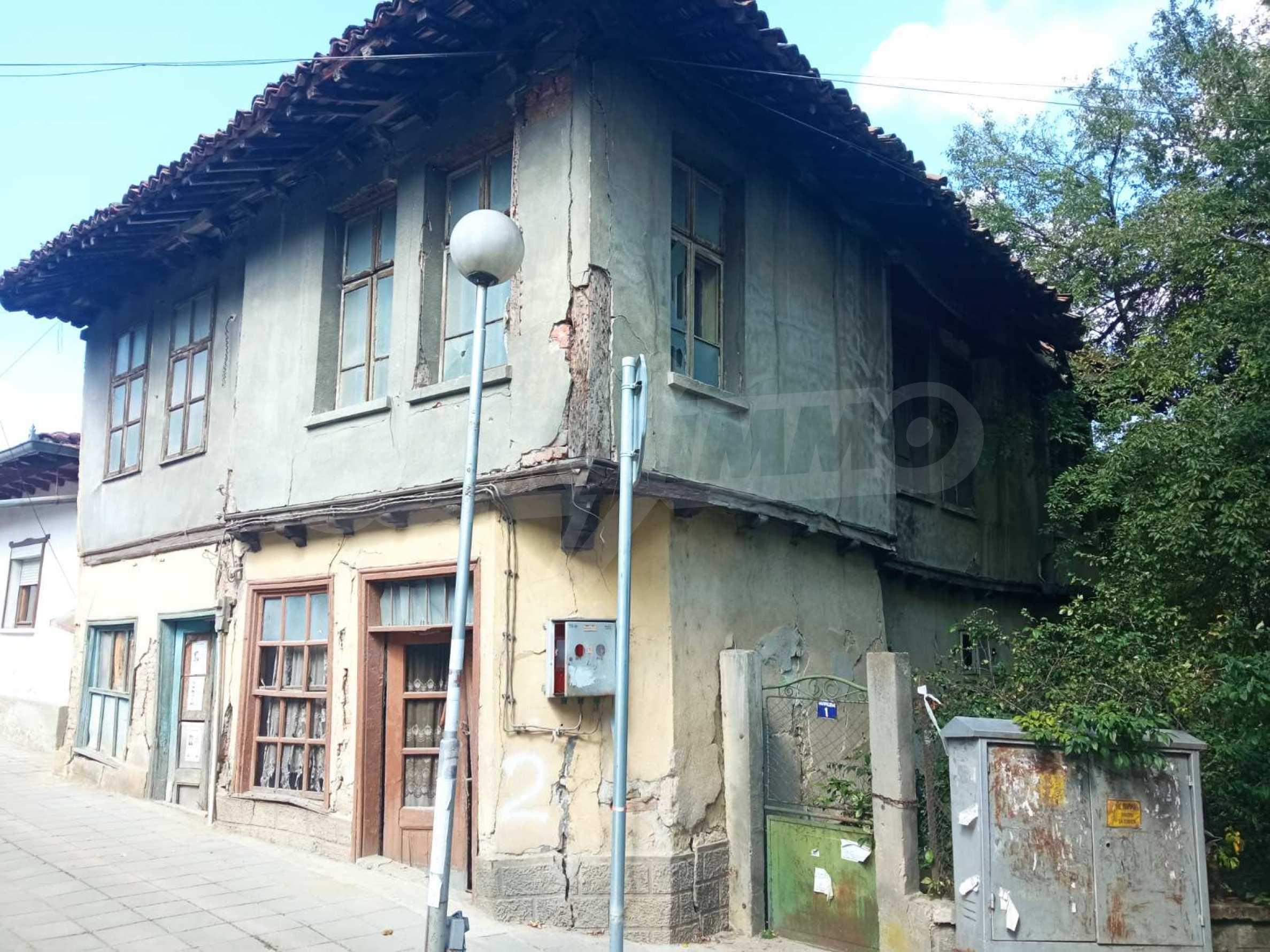 Двуетажна къща за основен ремонт в град Елена
