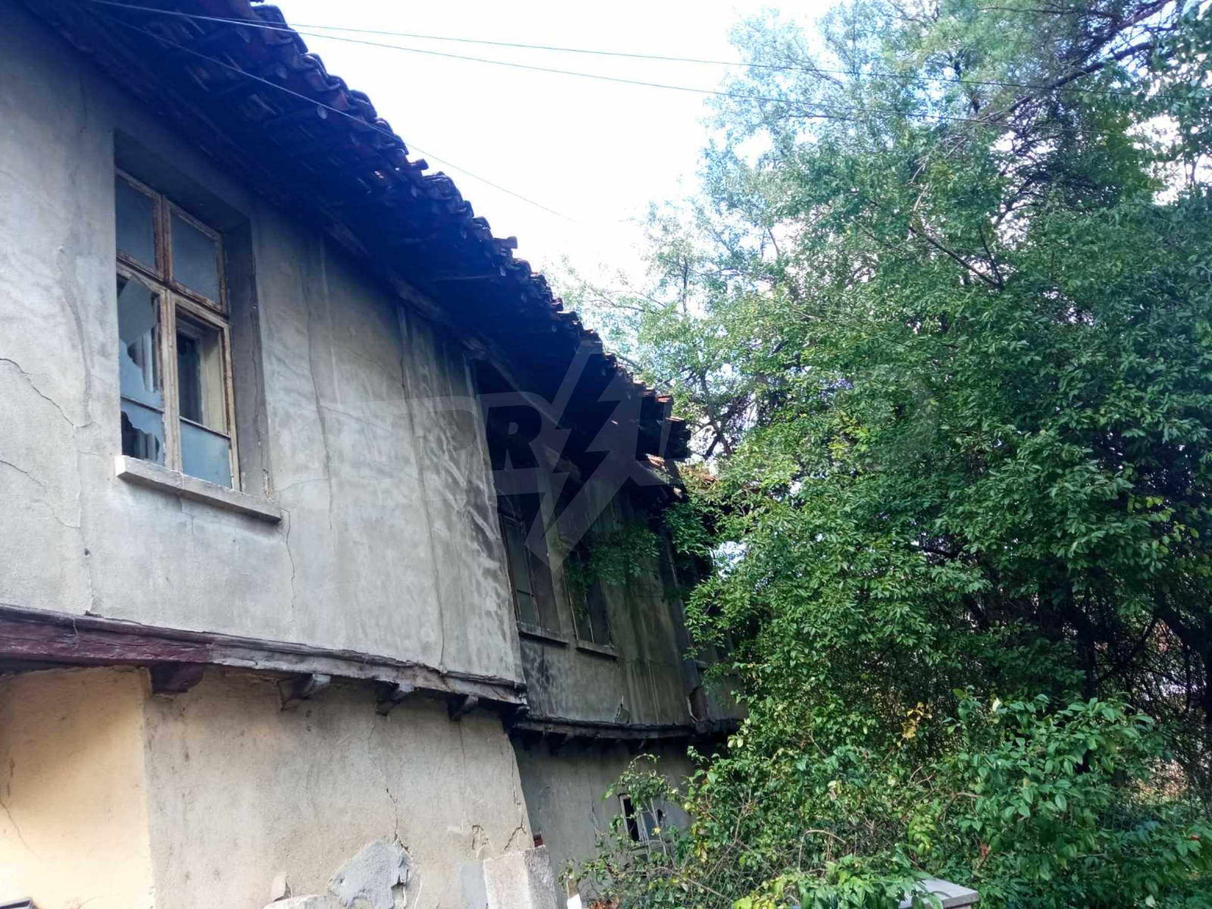 Двуетажна къща за основен ремонт в град Елена  1